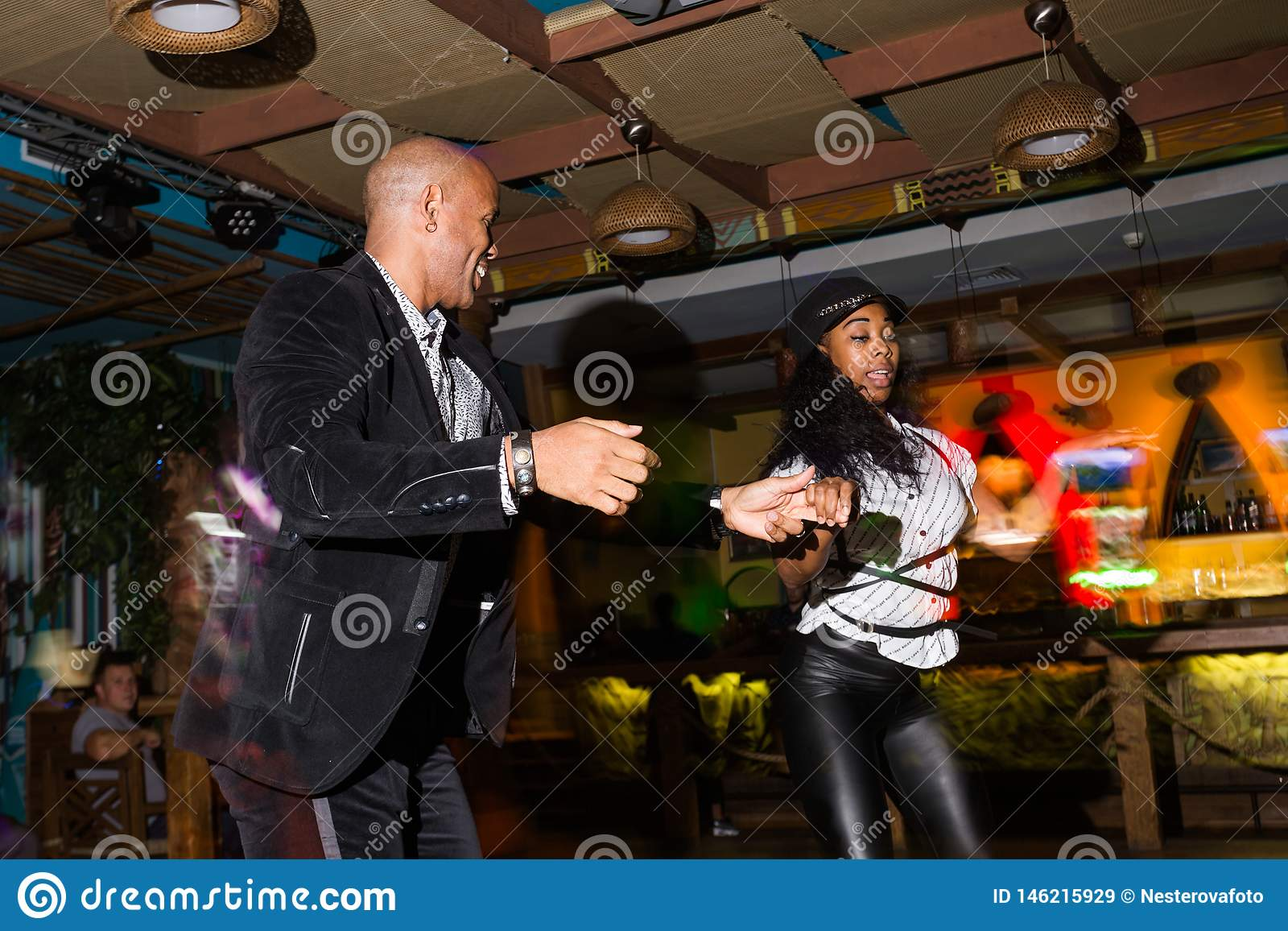 Человек в клубе в москве ночной клуб благовещенска галактика