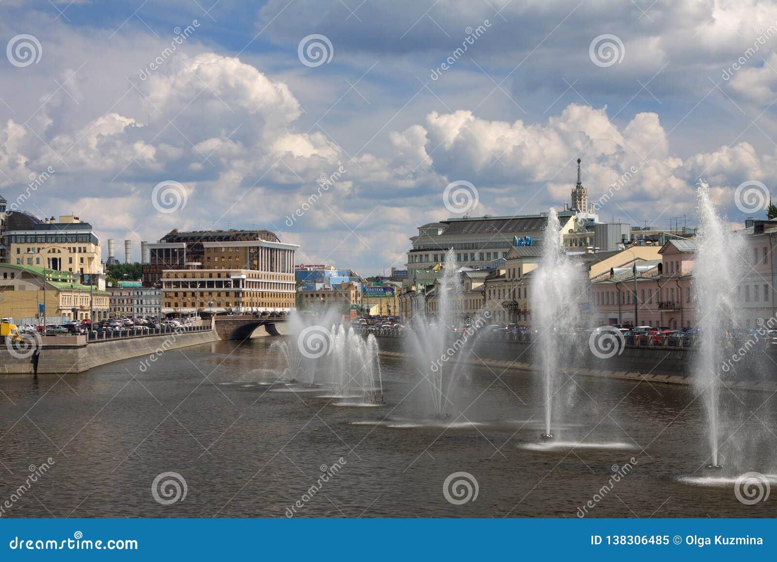 Moscow rzeka Fontanny na Moskwa rzece blisko Kadyshevskaya bulwaru