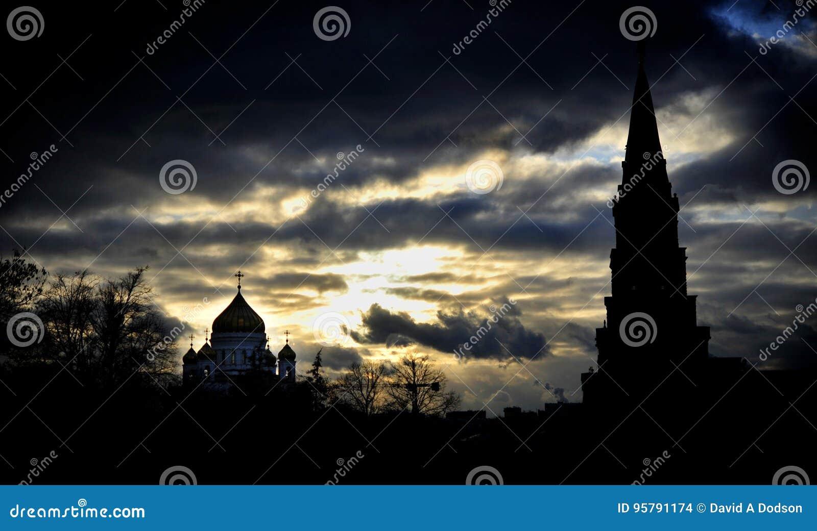 Moscow& x27; s Christus de de Verlosserkathedraal en toren van het Kremlin in Zonsondergang wordt gesilhouetteerd die