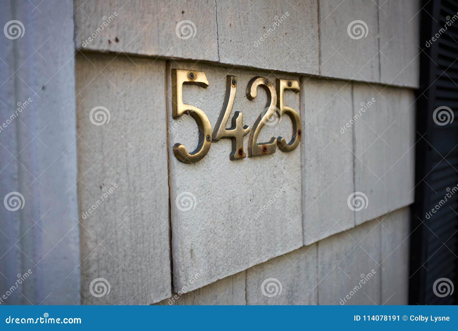 Mosiądz liczba 5425 na zewnętrznej ścianie