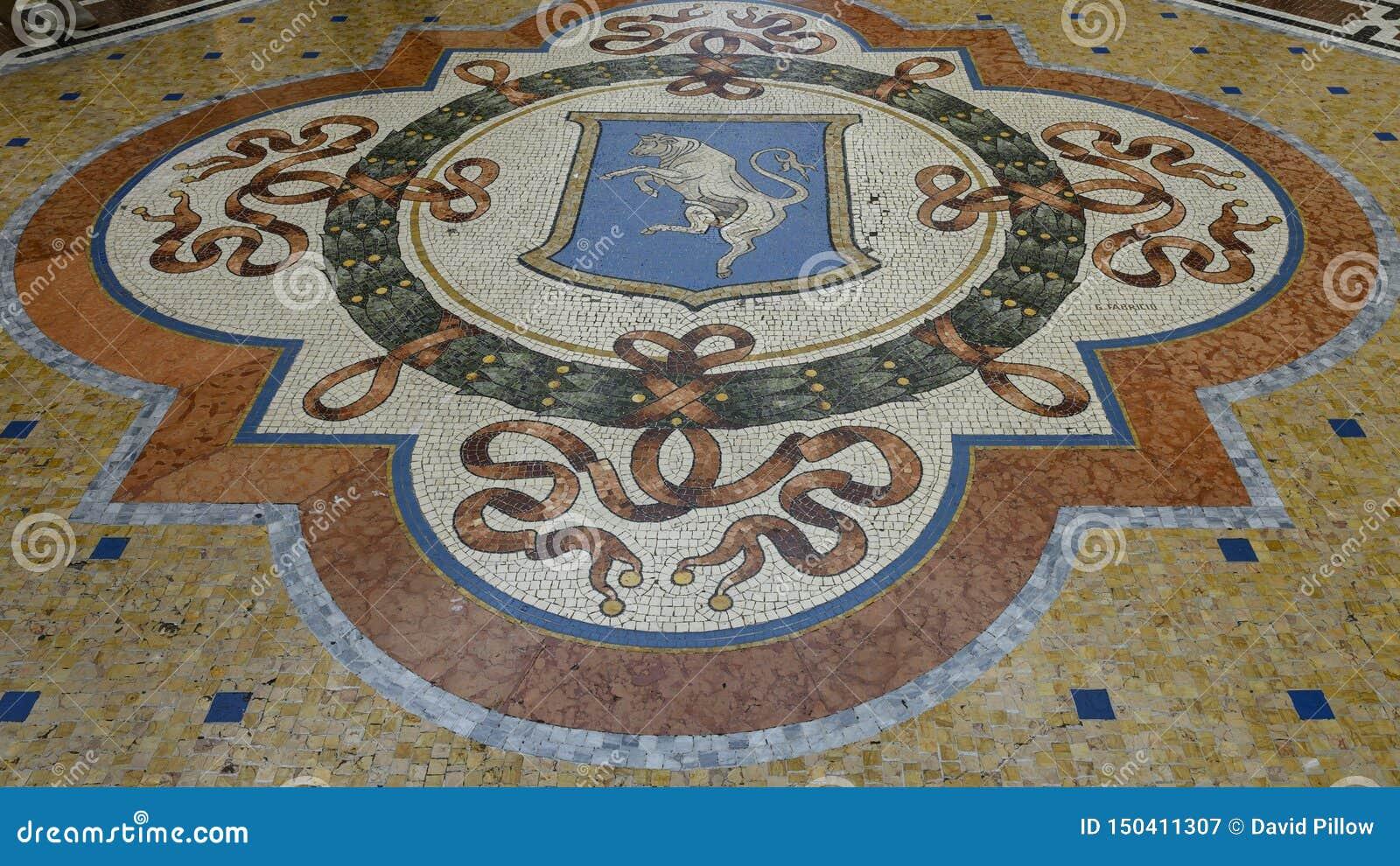 Mosiac του Bull του Τορίνου στο κέντρο του Galleria Vittorio Emanuele ΙΙ παλαιότερη λεωφόρος αγορών του Μιλάνου, Ιταλίας