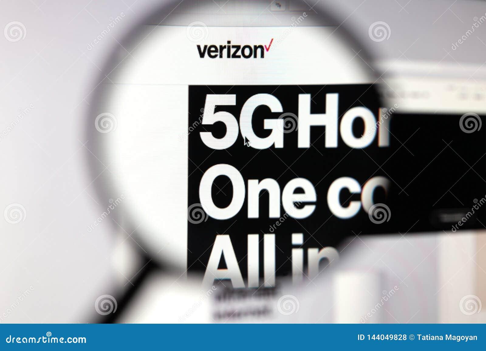 Moskau, Russische Föderation - 5. April 2019; Verizon-Websitehomepage Technologie 5G Ansicht über Seite und Verizone-Logo durch