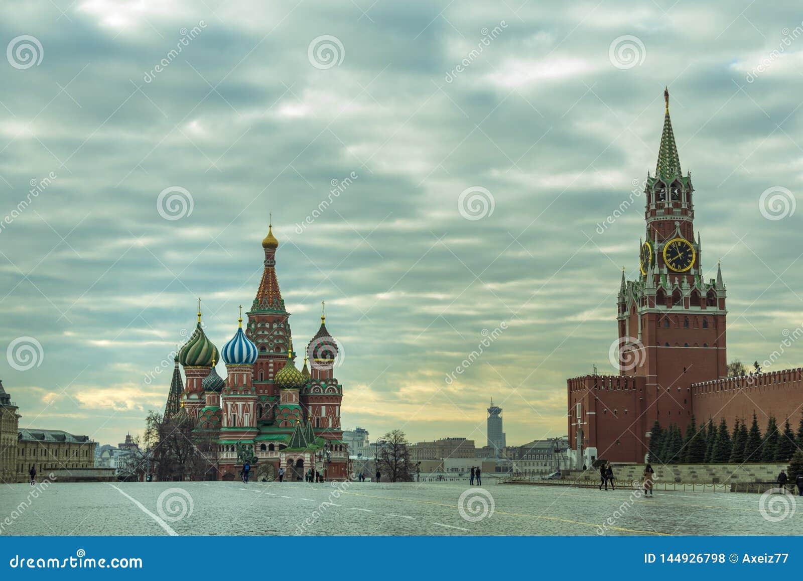 Moskau/Russland - 04 2019: Ansicht des Roten Platzes mit der Kathedrale St.-Basilikums und dem des Kremls Spassky-Turm
