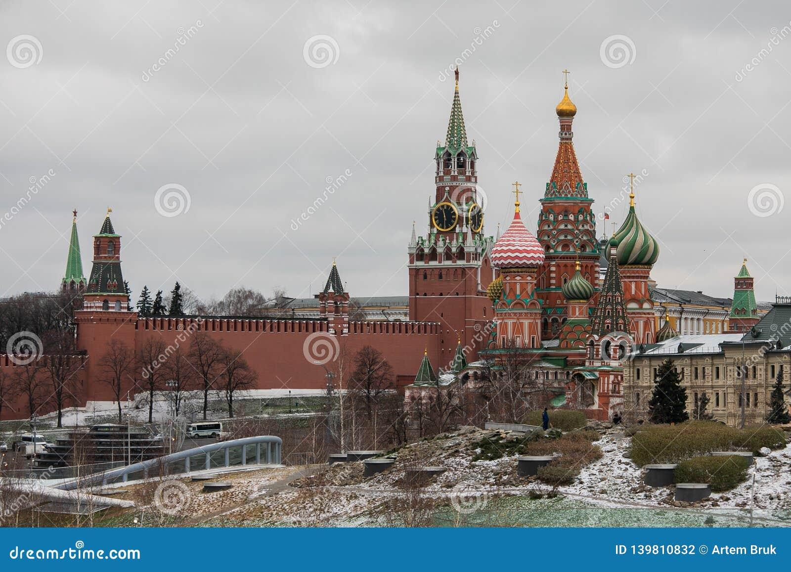 Moskau, Russland - 10. Dezember 2018: Ansicht vom schneebedeckten Park