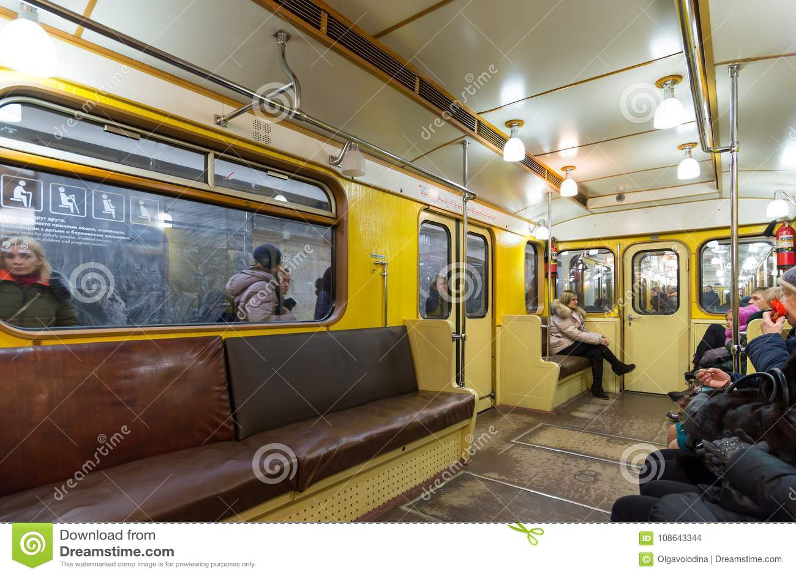 MOSKAU, RUSSLAND - 10. Januar 2018 Alter Zug von Zeiten von UDSSR an der Metrostation Okhotny Ryad