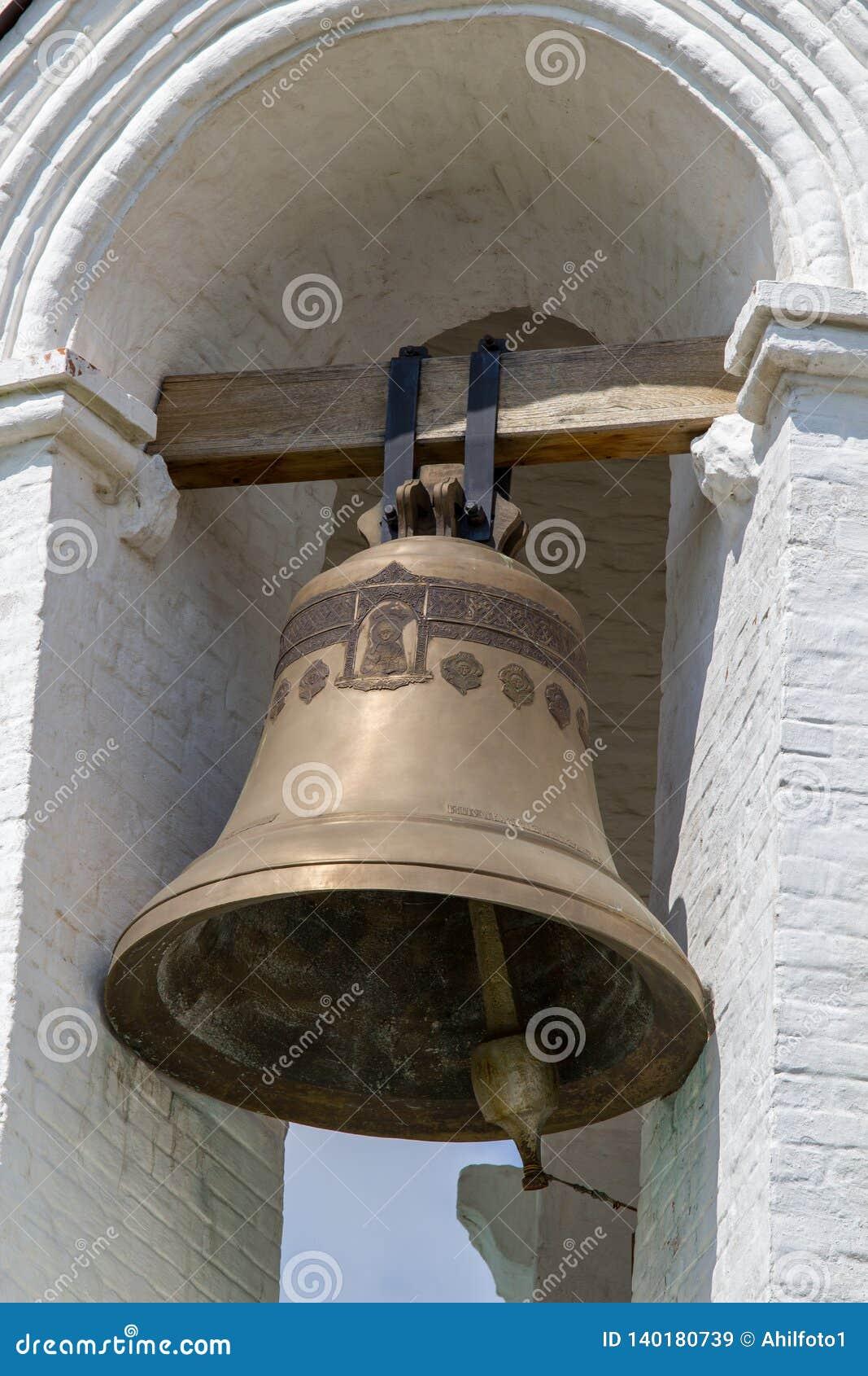 Moskau/Russland - 22. Juli 2013: große Klingelnglocke auf einem weißen Glockenturm