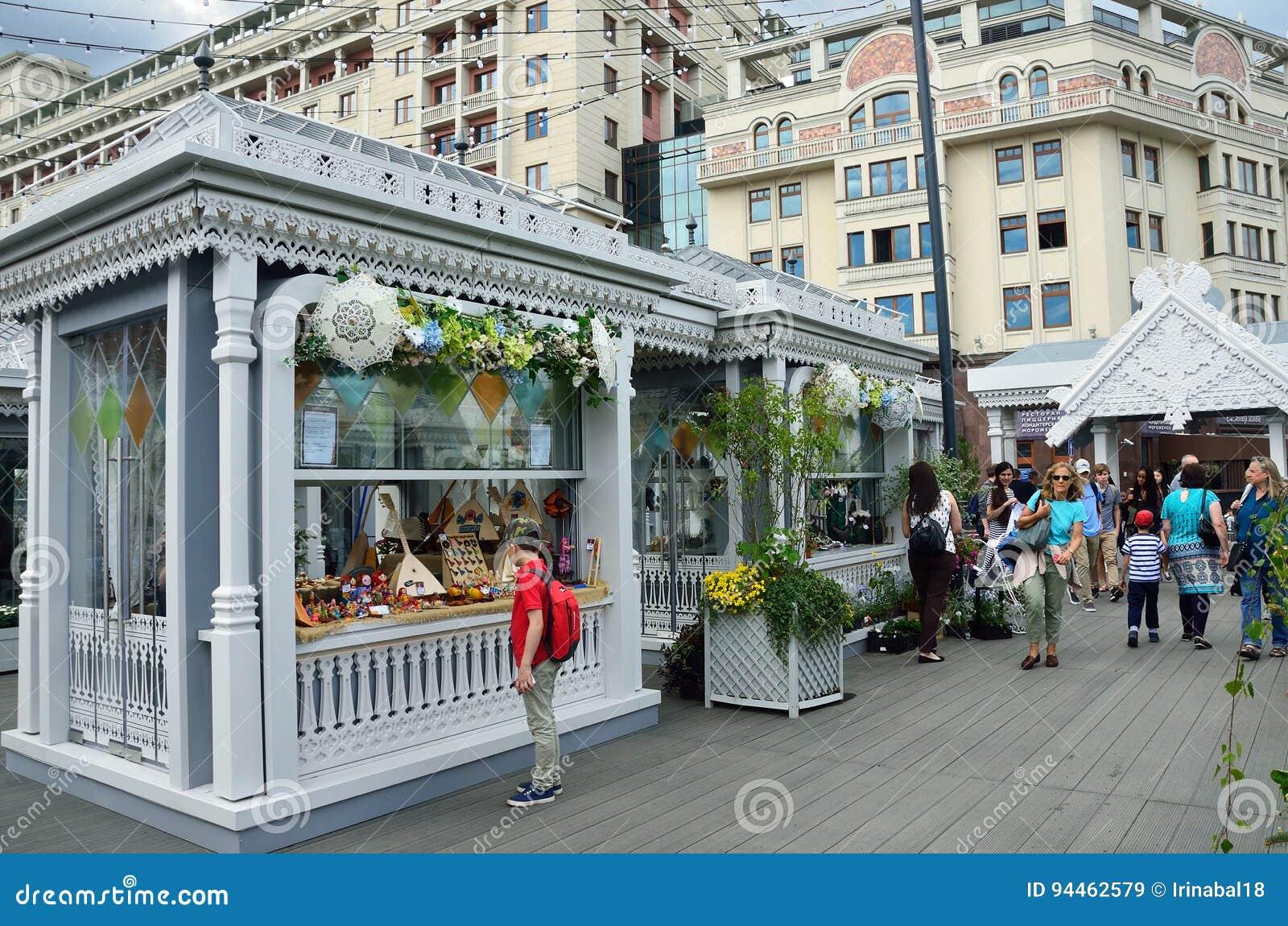 Moskau, Russland, Juni, 12, 2017 Feiertagshandel auf Manezhnaya-Quadrat während der Festival ` Zeiten und des Epochen `