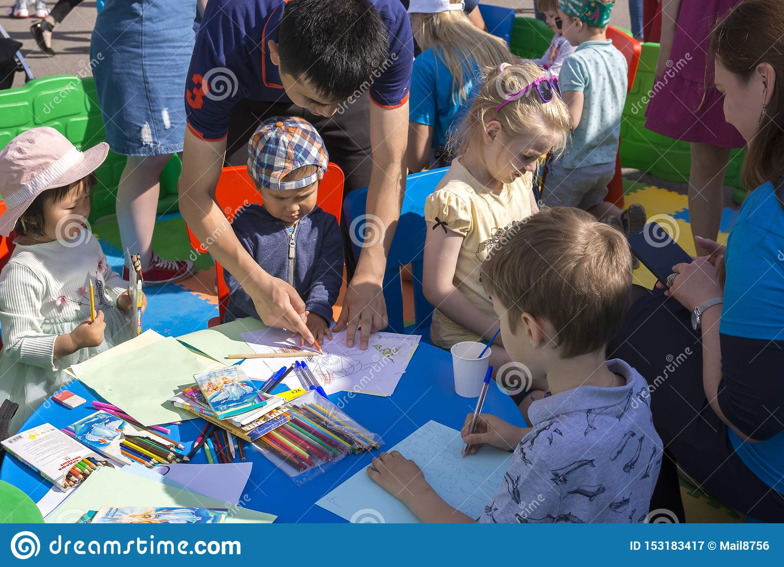 Moskau, Russland, am 2. Juni 2019 Genommen auf 31 Vater mit Kindern im Stadt Park, zum von Kindern zu helfen zu zeichnen