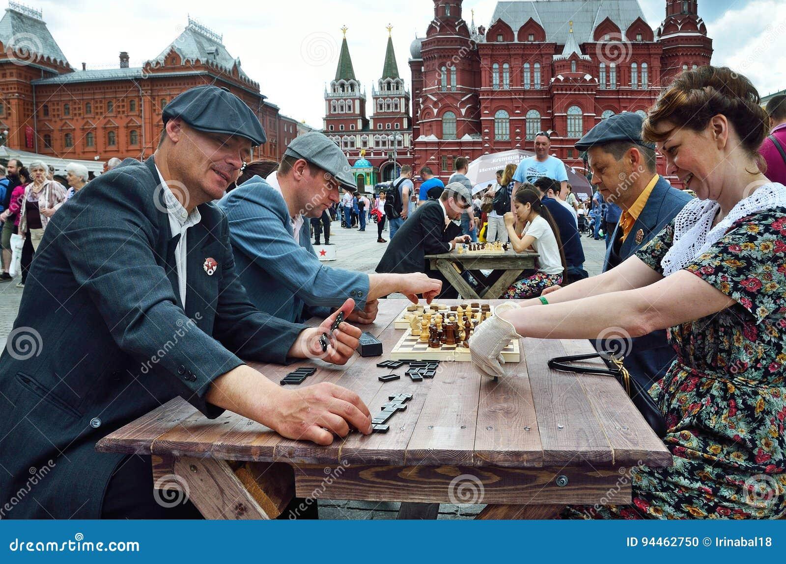 Moskau, Russland, Juni, 12, 2017, Leute, die spielen Gesellschaftsspiele an Manezhnaya-Quadrat während der Festival ` Zeiten und