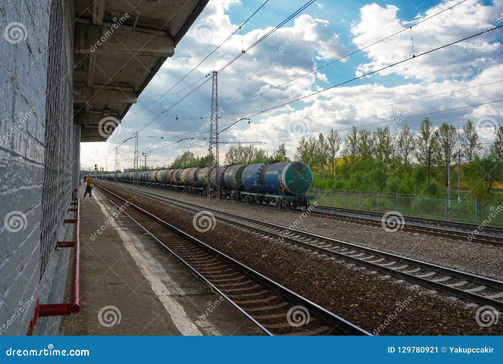 Moskau, Russland, nach Hause nach der Arbeit gehend vom Bahnhof und warten auf das folgende, Moskau-Stadtrände
