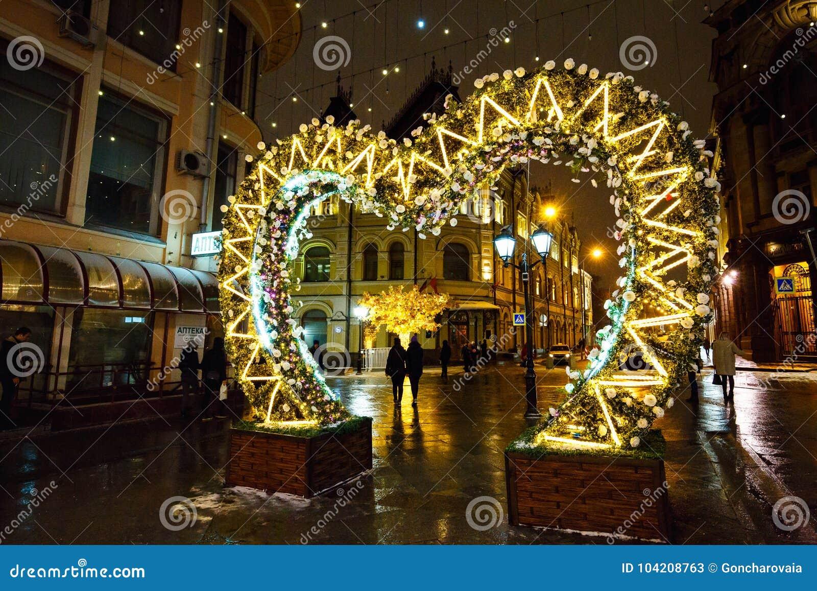 MOSKAU, RUSSLAND - 4. NOVEMBER 2016: Straßendekoration mit Weihnachtslichtern und belichteten Bäumen in der Winternacht