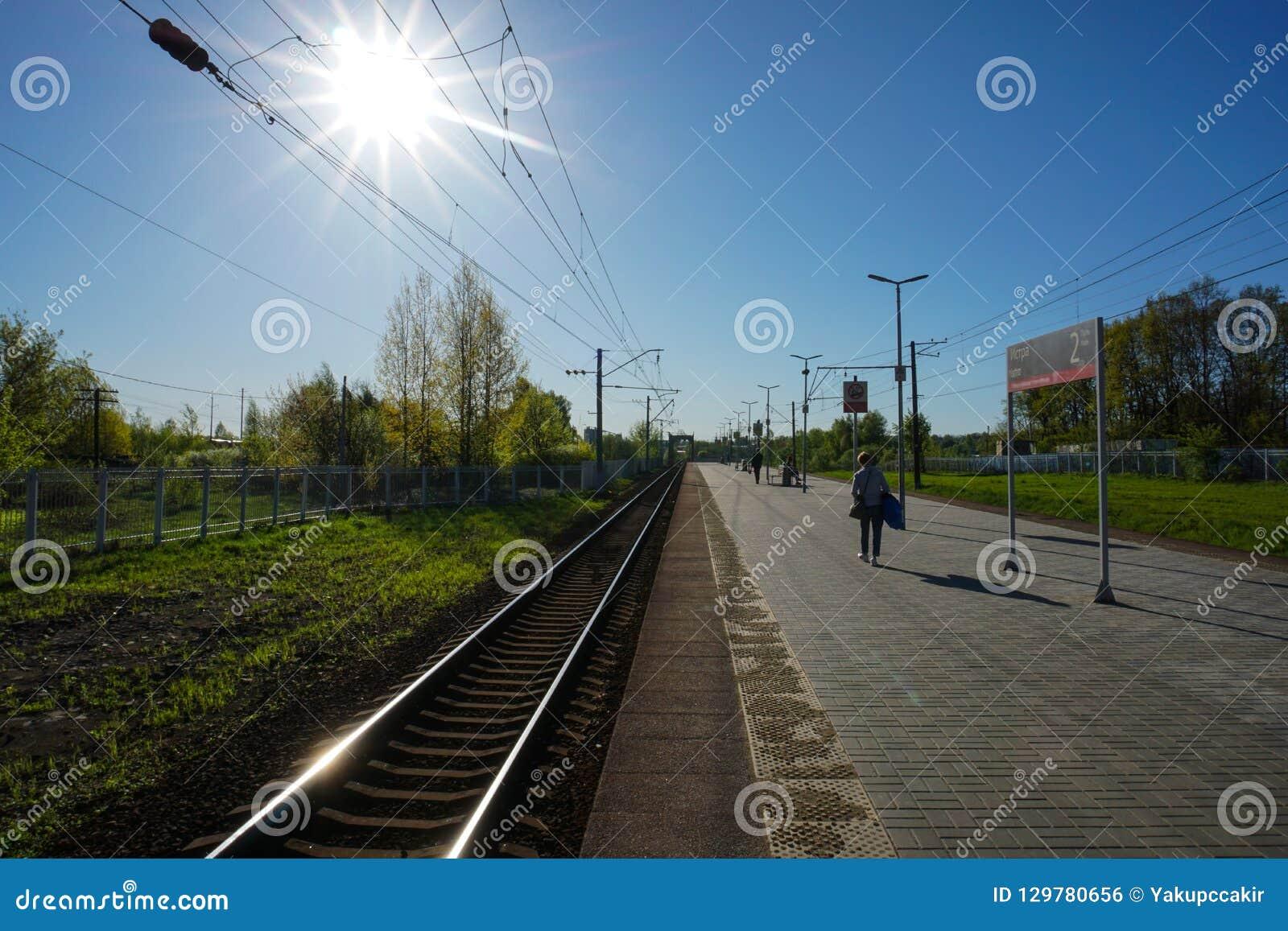 Moskau, Russland - Warten auf den Zug, um automatisch anzusteuern, Moskau-Stadtrände