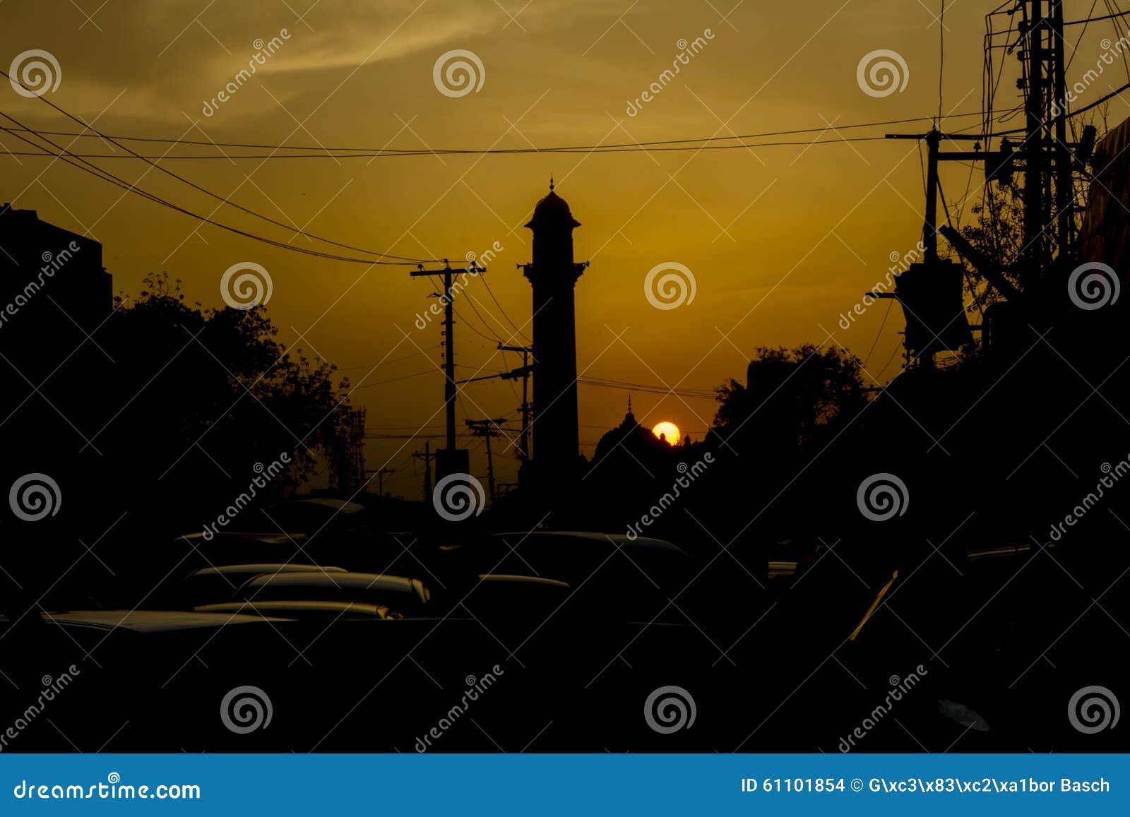 Moskeesilhouet in Lahore, Pakistan