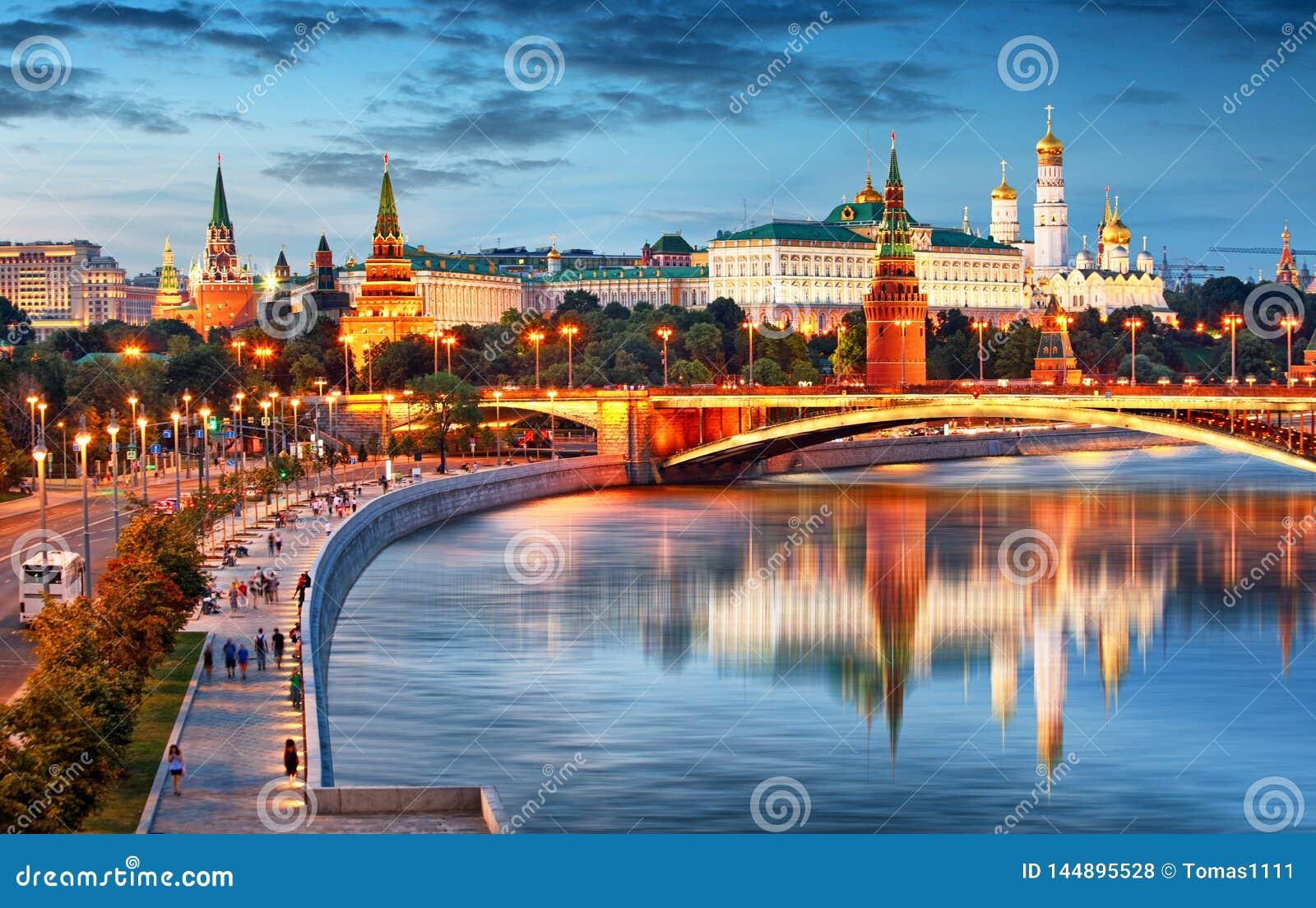 Moskou het Kremlin bij nacht, Rusland met rivier