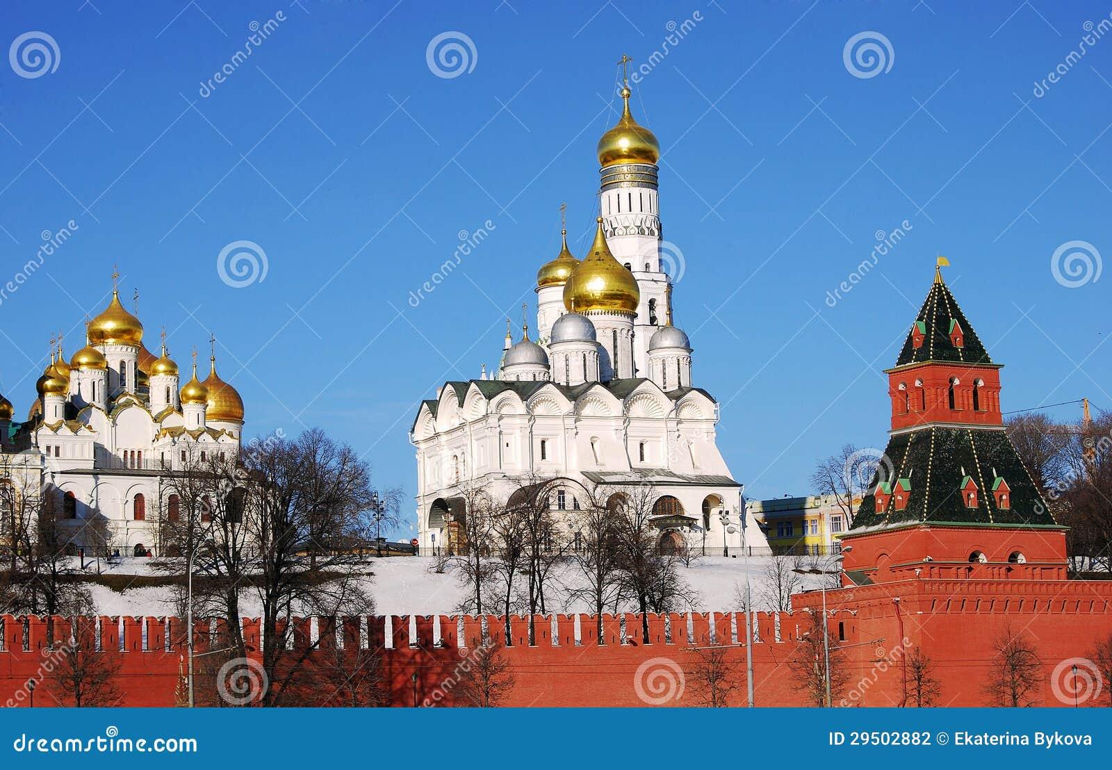 Moskou het Kremlin in een zonnige de winterdag.