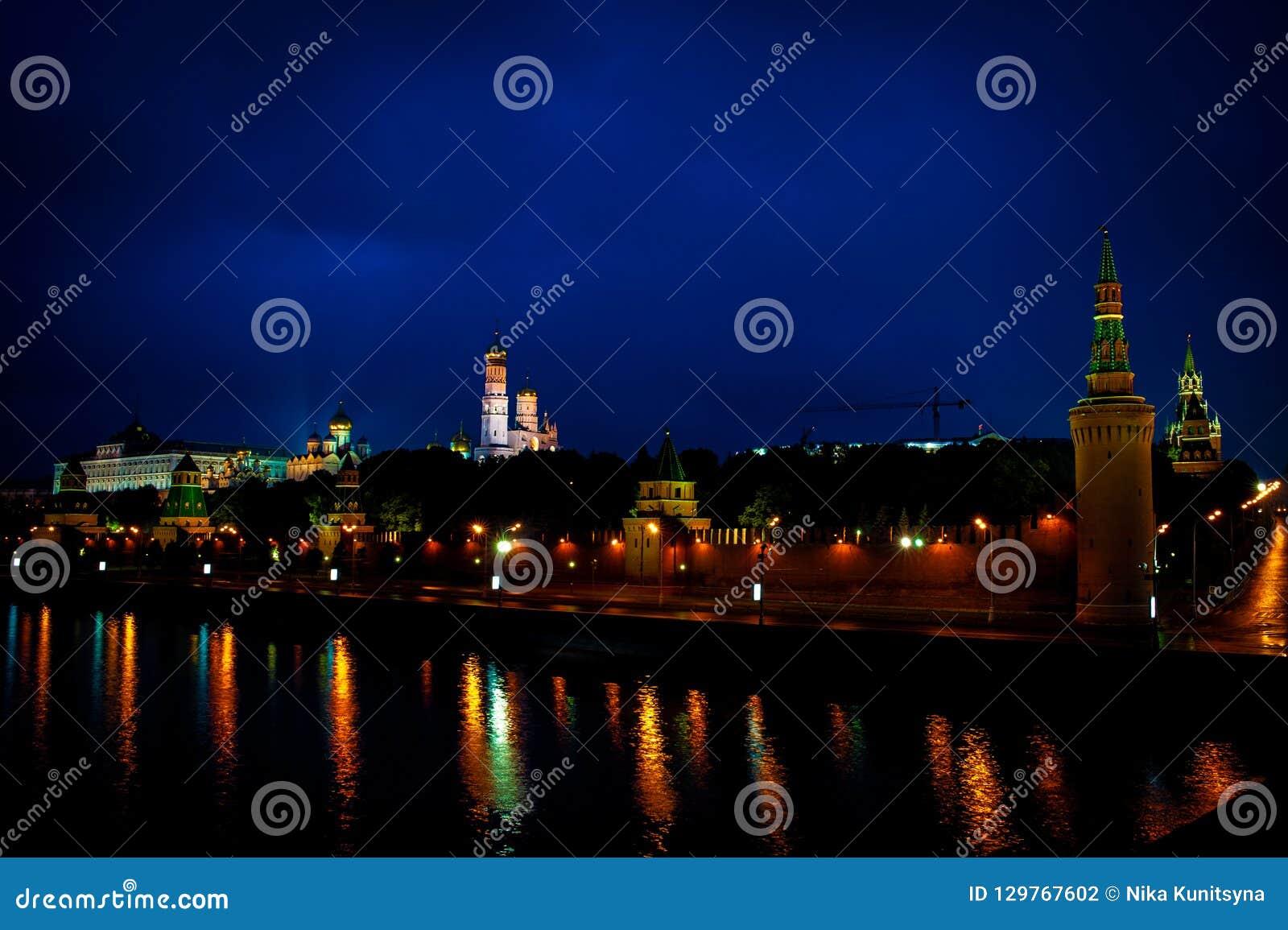 Moskou het Kremlin en de rivier van Moskou bij nacht