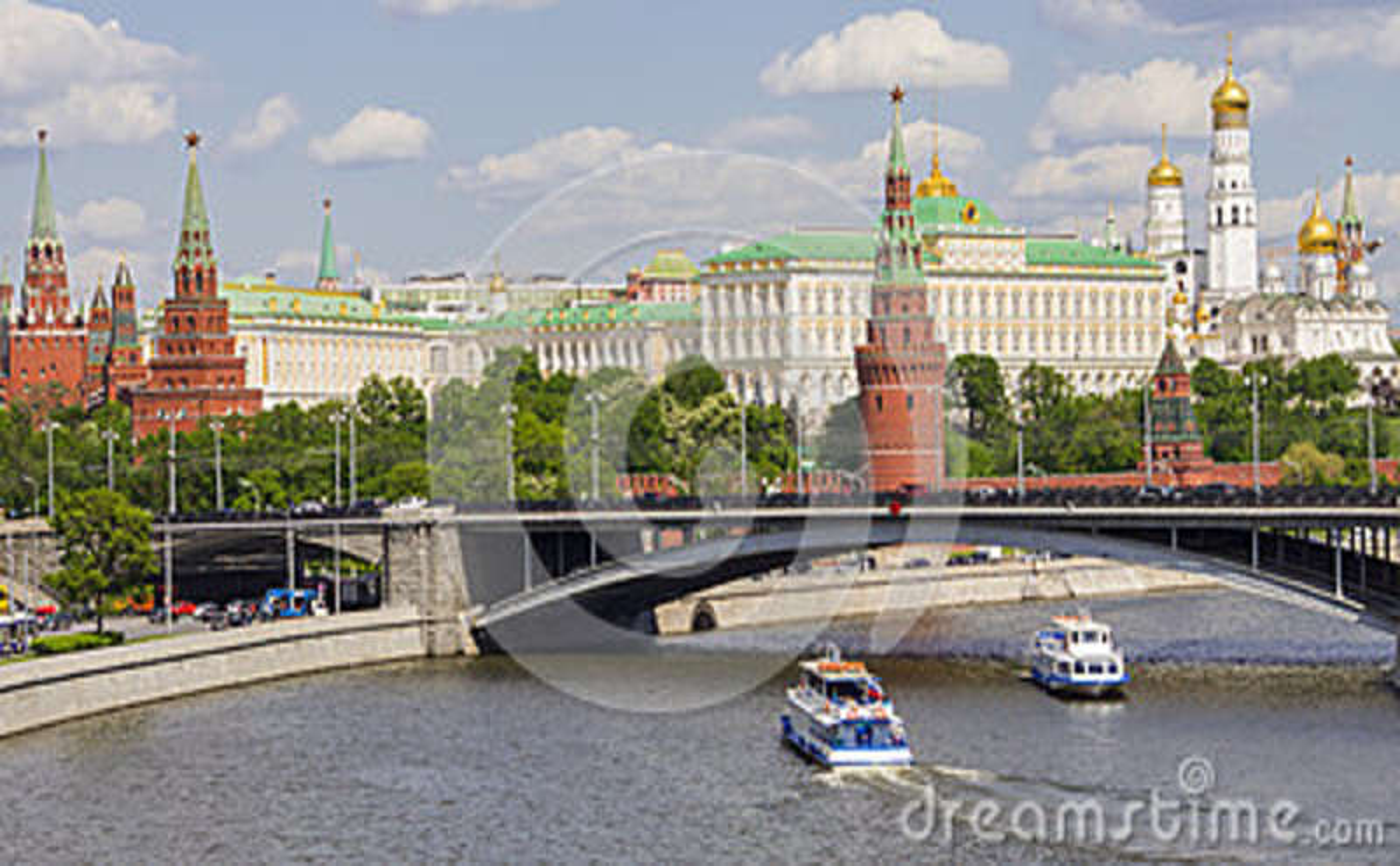 Moskou het Kremlin en een grote steenbrug, Rusland