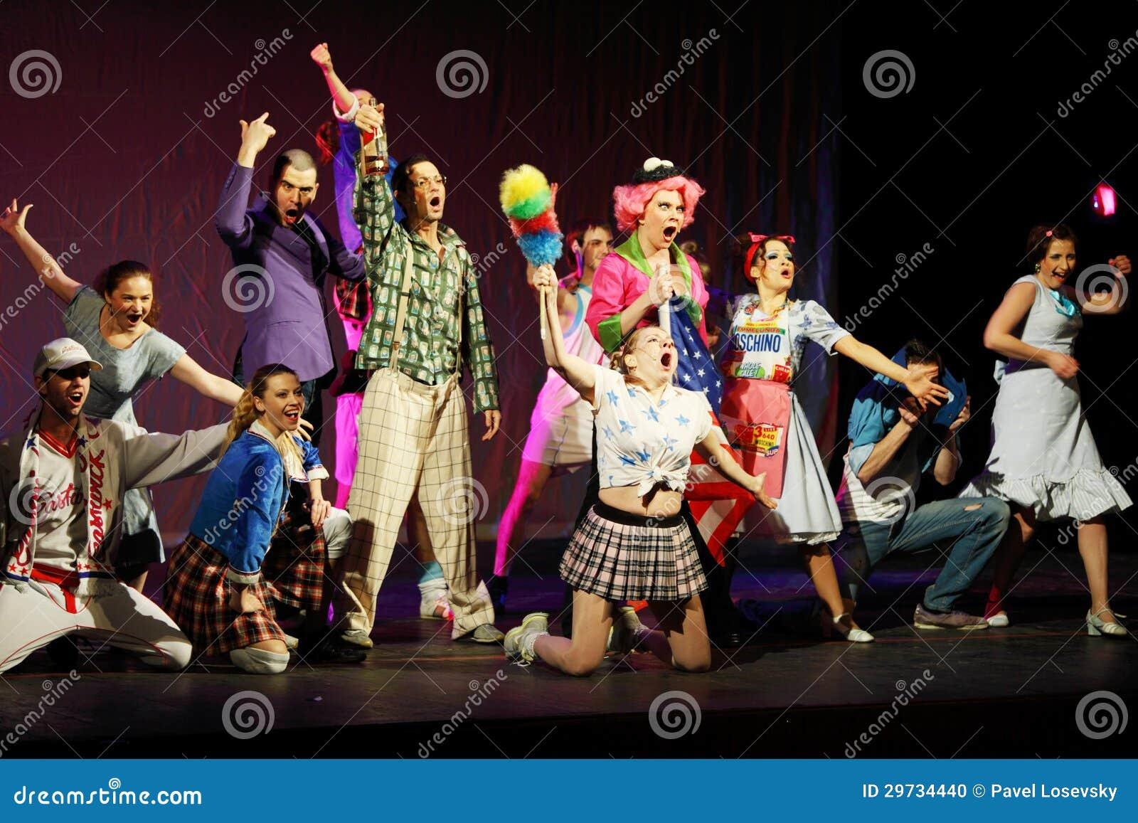 De actrices en de actoren zingen in Muzikale Heksen van Eastwick