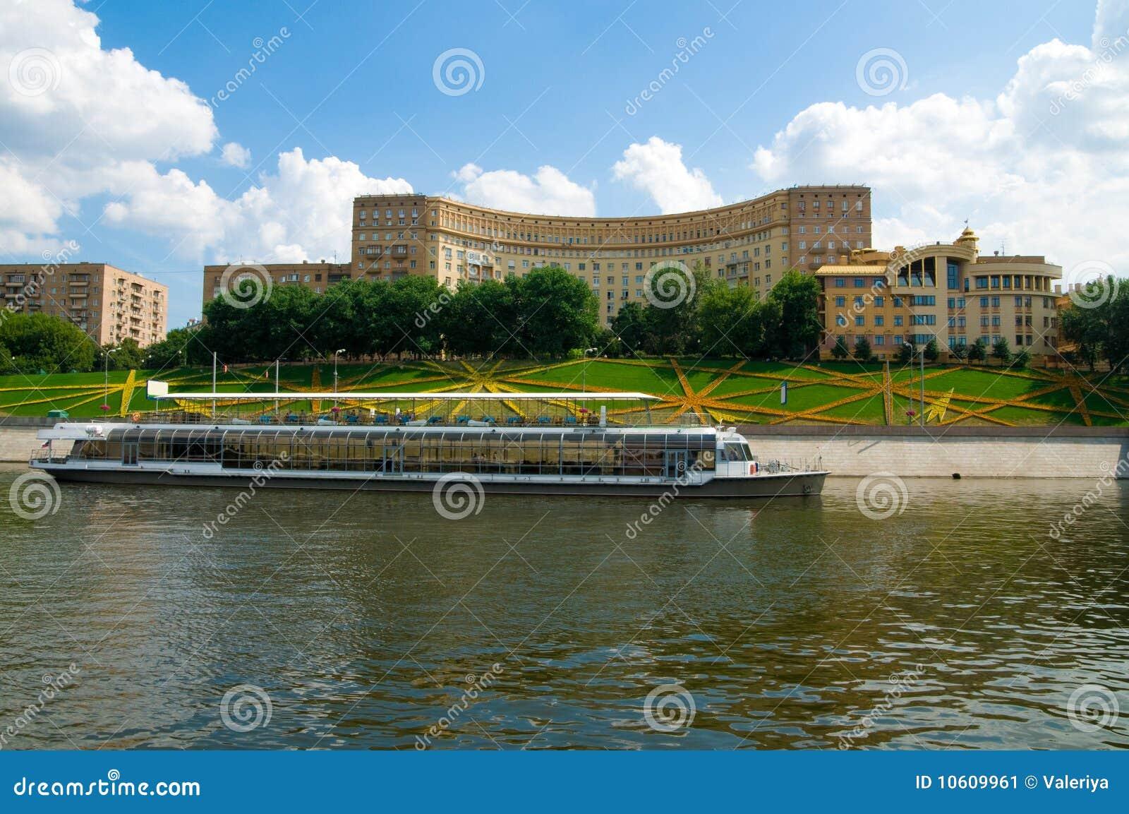 De motorschip van de rivier op moskou-rivier