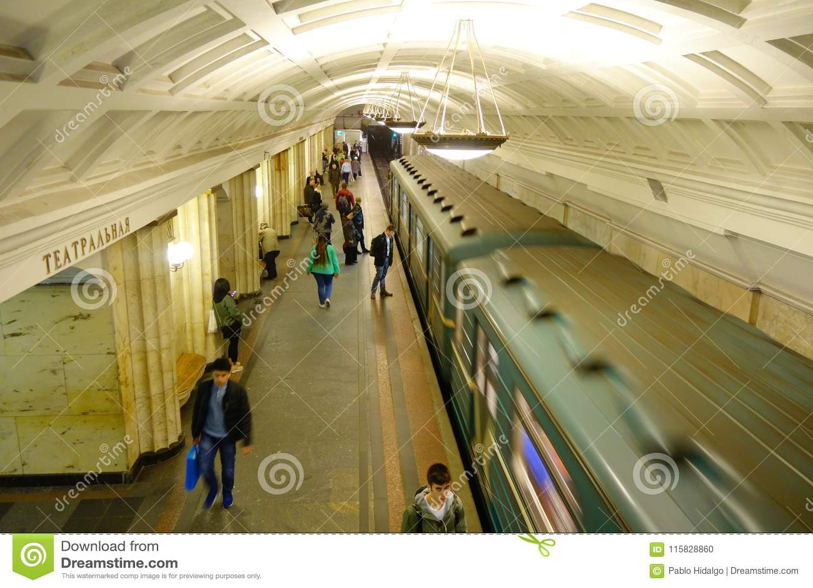 MOSKOU, RUSLAND 24 APRIL, 2018: Wedijver hierboven van niet geïdentificeerde vage mensen die in ondergronds station, lopen met