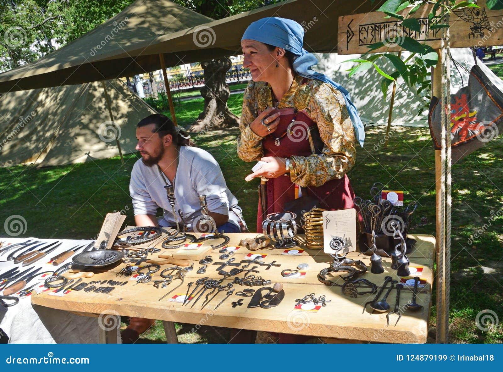 Moskou, Rusland, 12 Augustus, 2018 Mensen die door voorwerpen, gestileerde antiquiteit, op Chistoprudny-Boulevard tijdens het fes