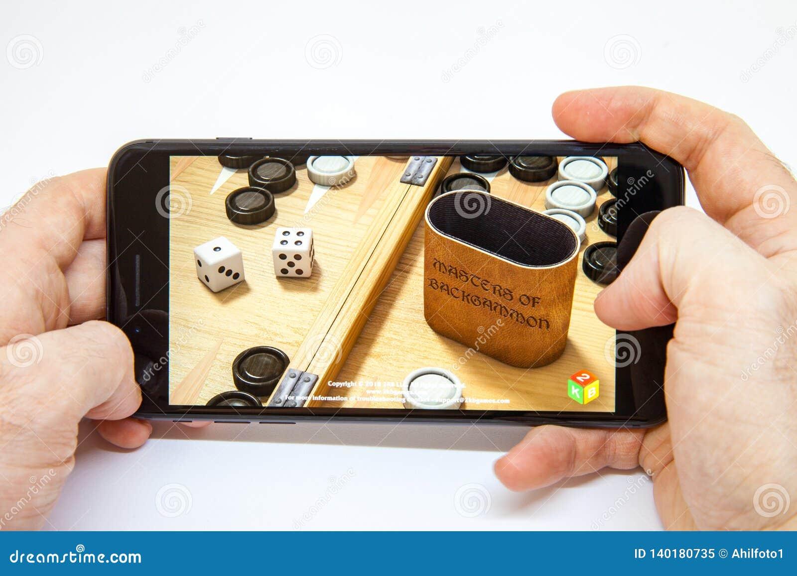 Moskou/Rusland - Februari 19, 2019: smartphone ter beschikking de download van het backgammonspel