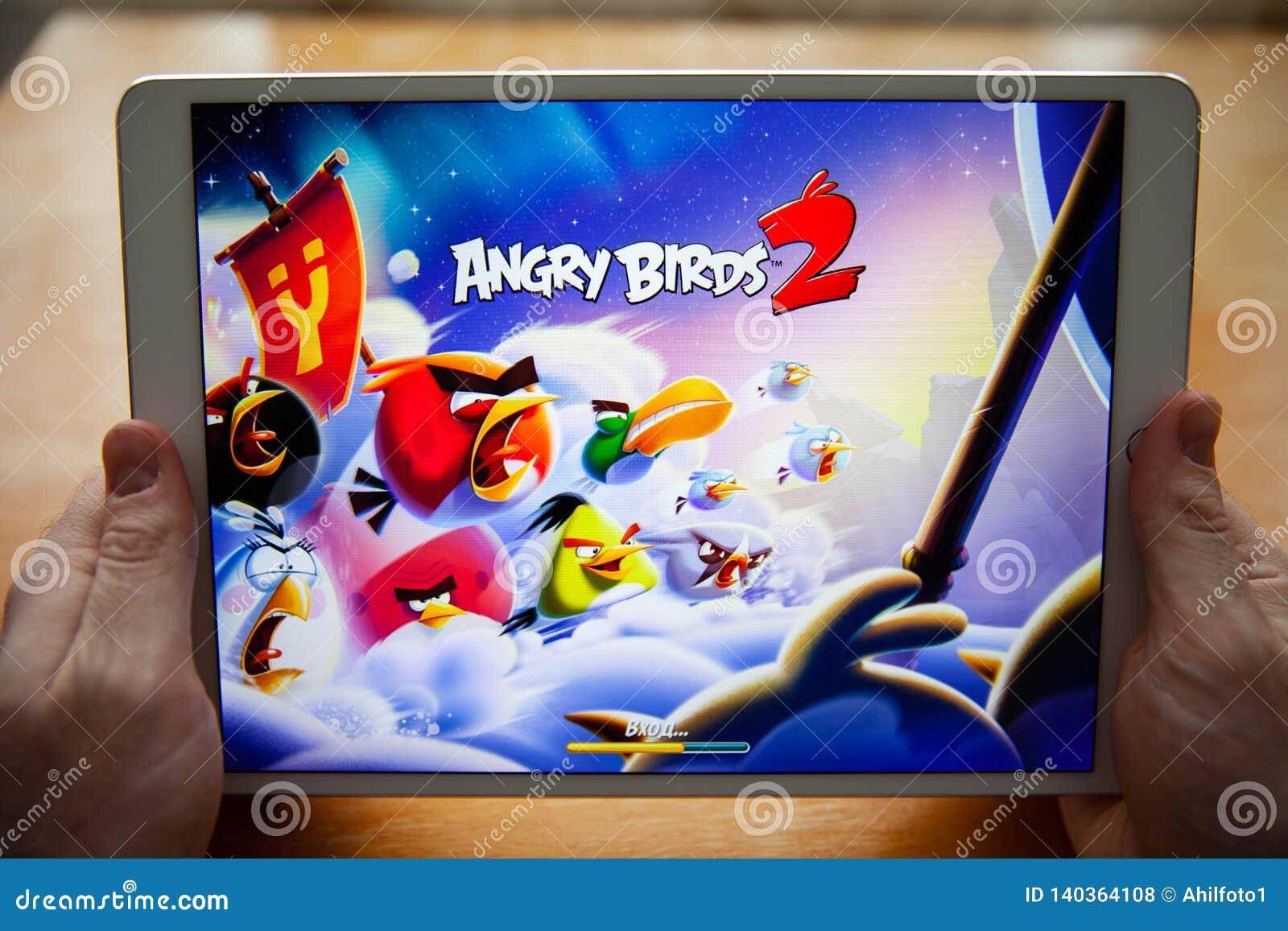 Moskou/Rusland - Februari 25, 2019: Witte ipad ter beschikking Voor het scherm, spel boze vogels 2