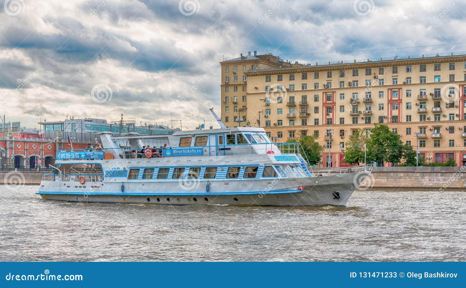 Moskou, Rusland - Juni 21, 2018: Plezierboot met toeristen die op een achtergrond van brug over Moskva-rivier op een de zomerdag