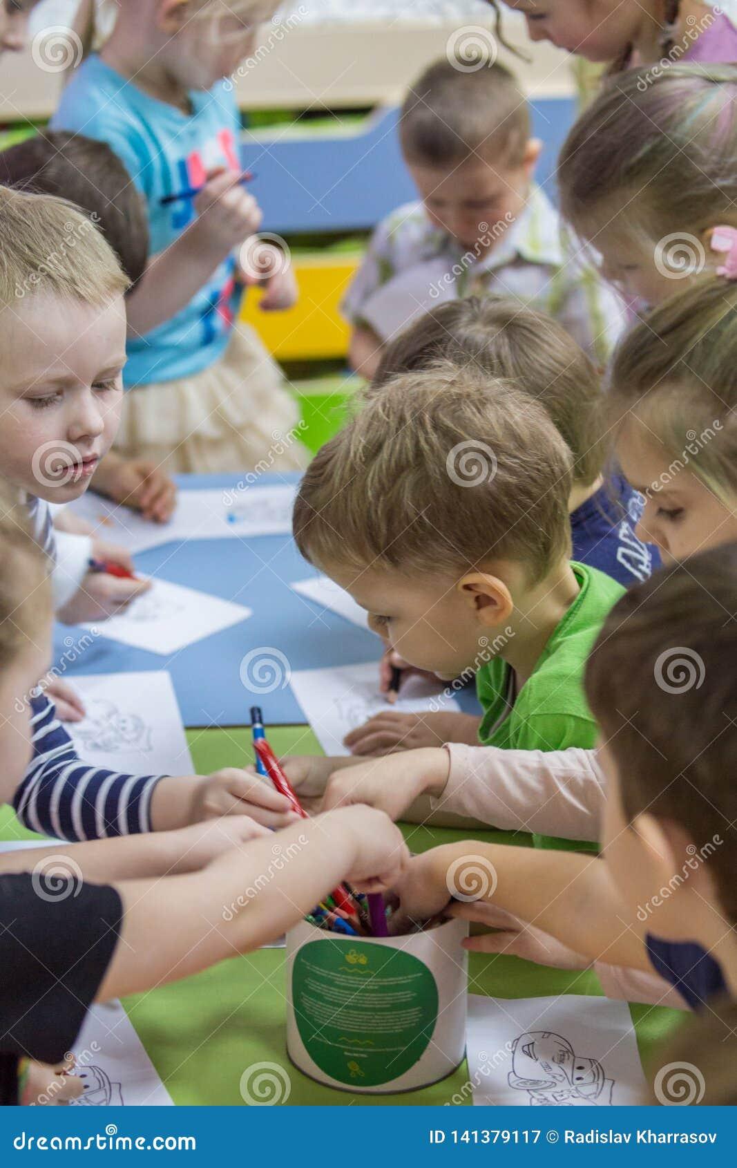 2019 01 22, Moskou, Rusland Kinderen die rond de lijst in de tuin van het jonge geitje trekken
