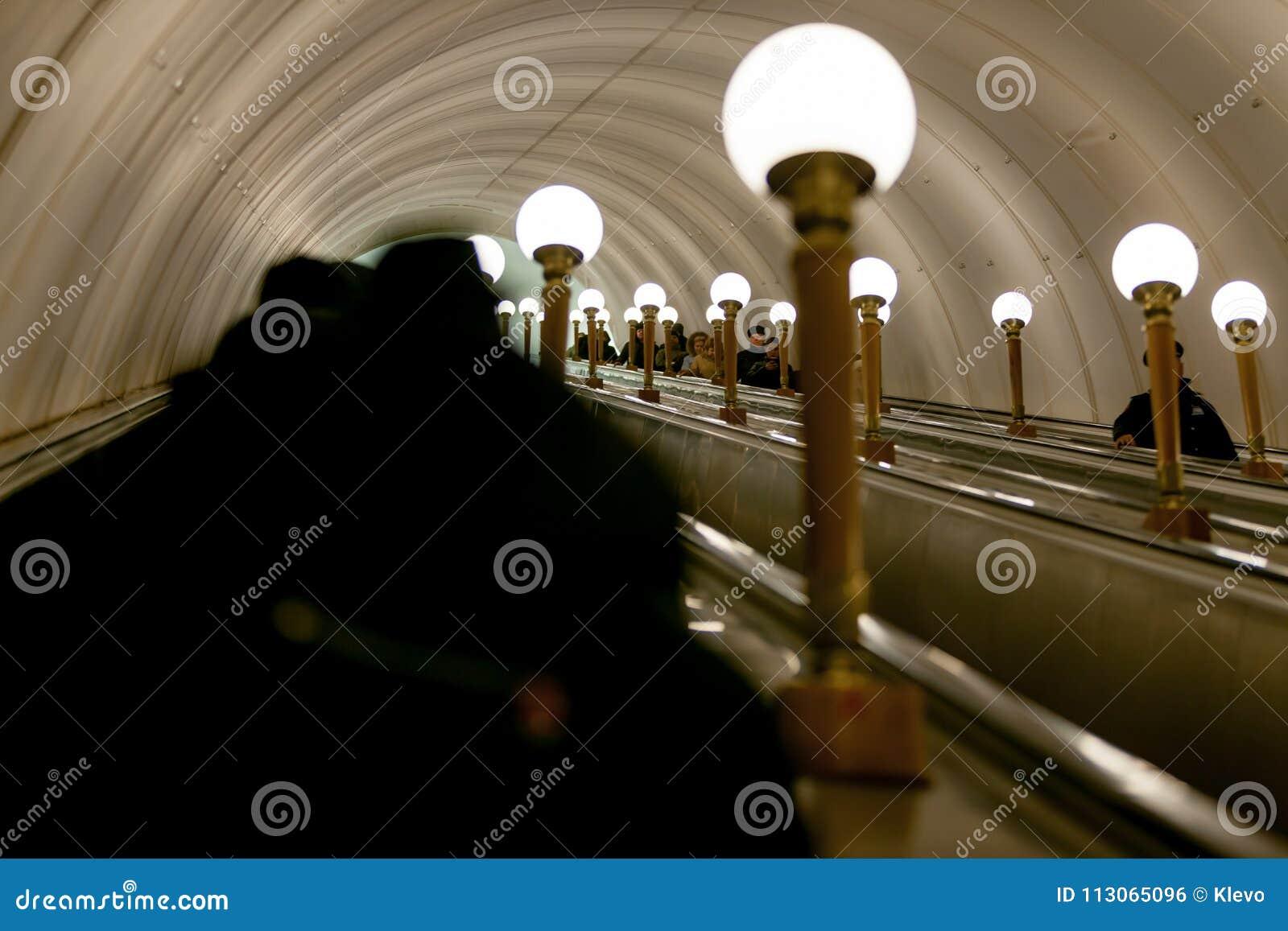 MOSKOU, RUSLAND - MAART 12, 2018: De mensen dalen aan de metro op een roltrap bij de metro post Prospekt Mira, een ringsweg