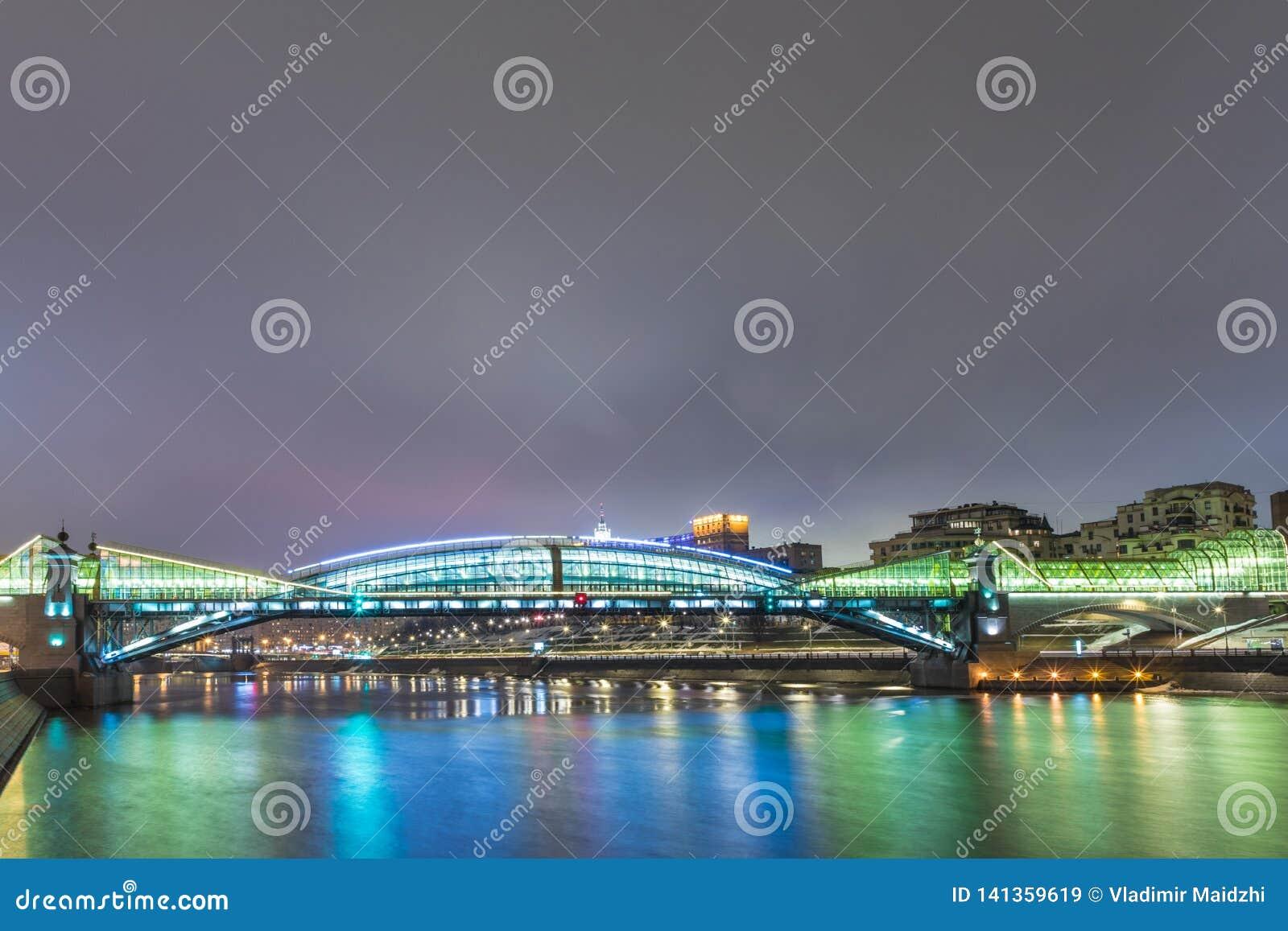 Moskou/Rusland - Maart 6, 2019: De Voetbrug van Bogdan Khmelnitsky of van Kievsky in Moskou in Maart het jaar van 2019