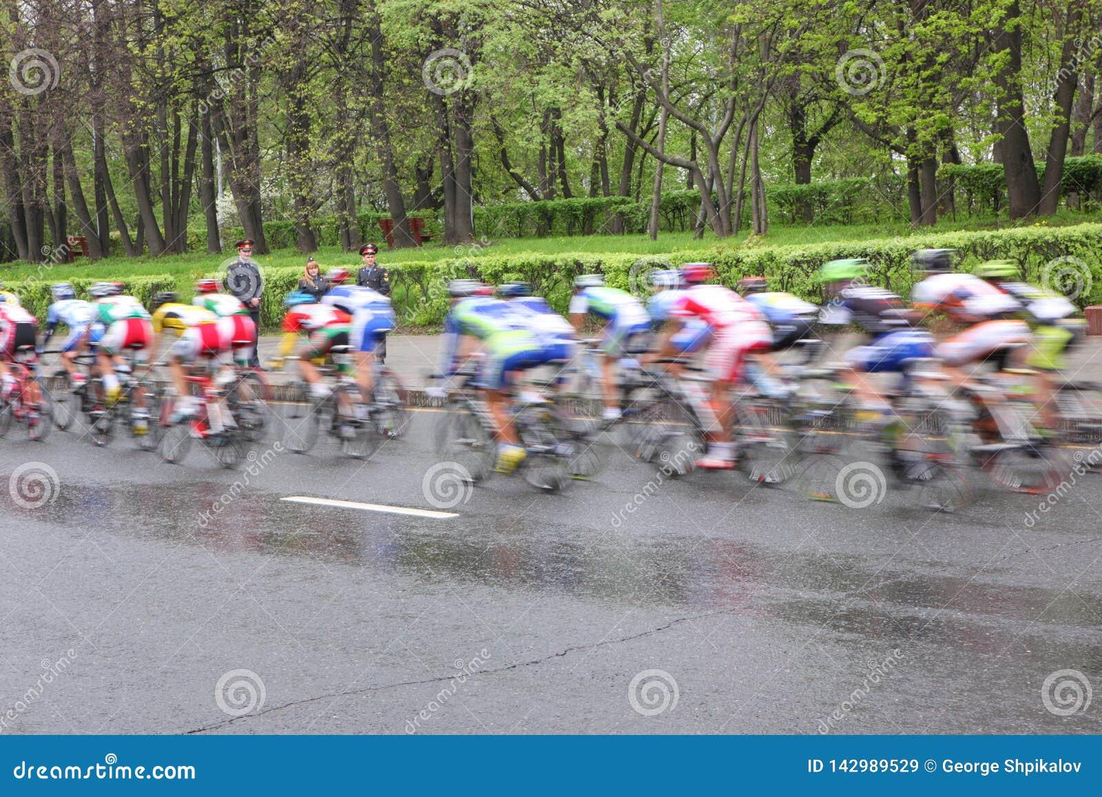 MOSKOU, RUSLAND - 6 Mei 2002: Het cirkelen marathon, in de straten van de stad Vage actie