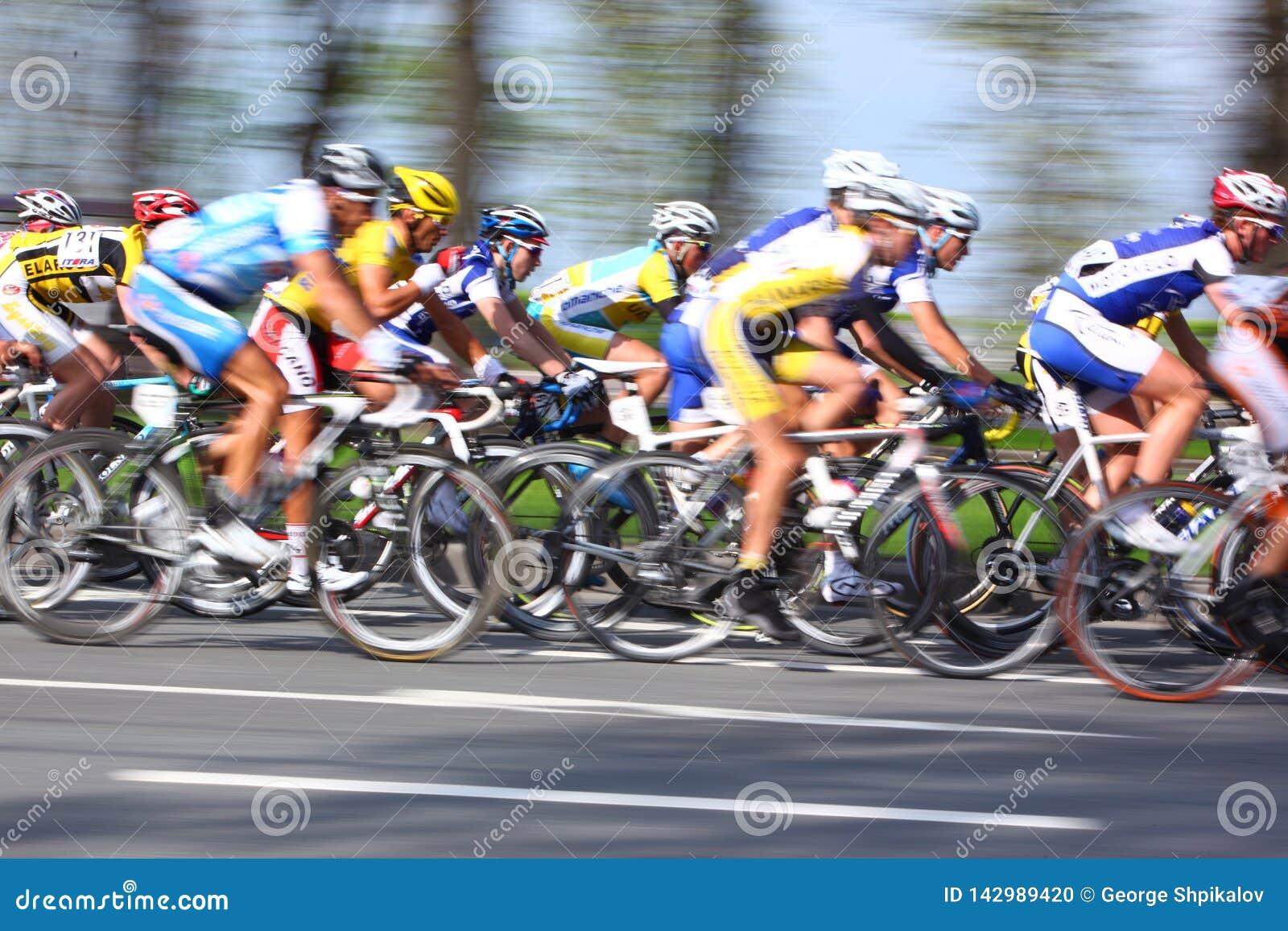 MOSKOU, RUSLAND - 6 Mei 2002: Het cirkelen marathon, langs stadsstraten, vertroebelde motieclose-up op blauw en geel