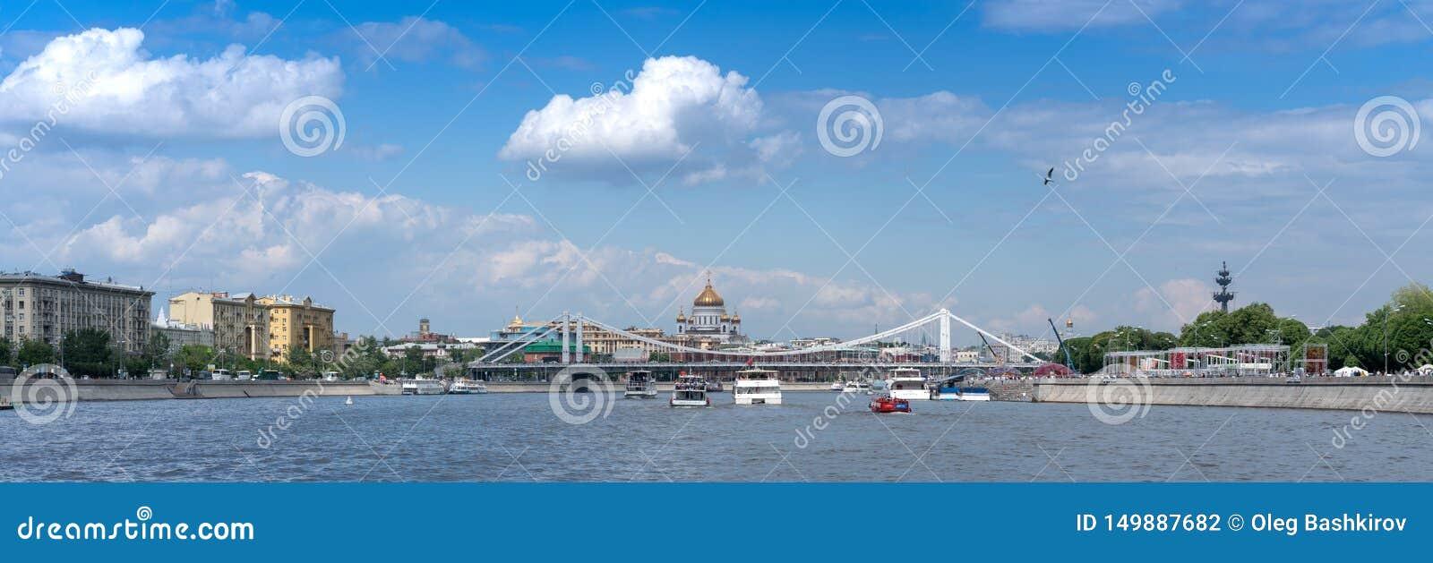 Moskou, Rusland - Mei 26, 2019: Panorama op een Rivier van Moskou