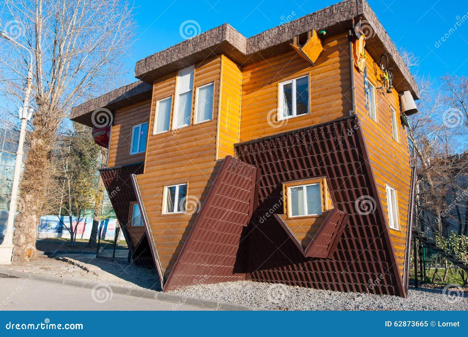 Moskou 06 rusland november een omgekeerd huis in vdnkh for Car house