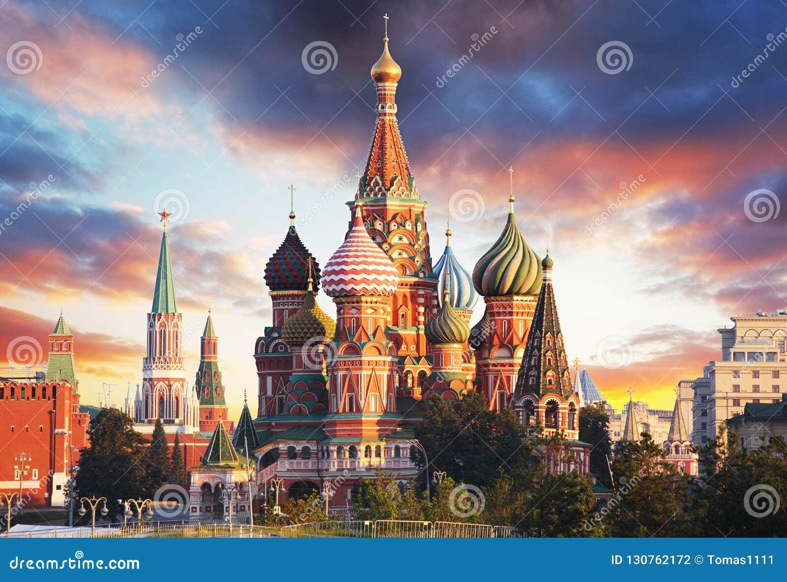 Moskou, Rusland - Rode vierkante mening van St Basilicum` s Kathedraal bij zon