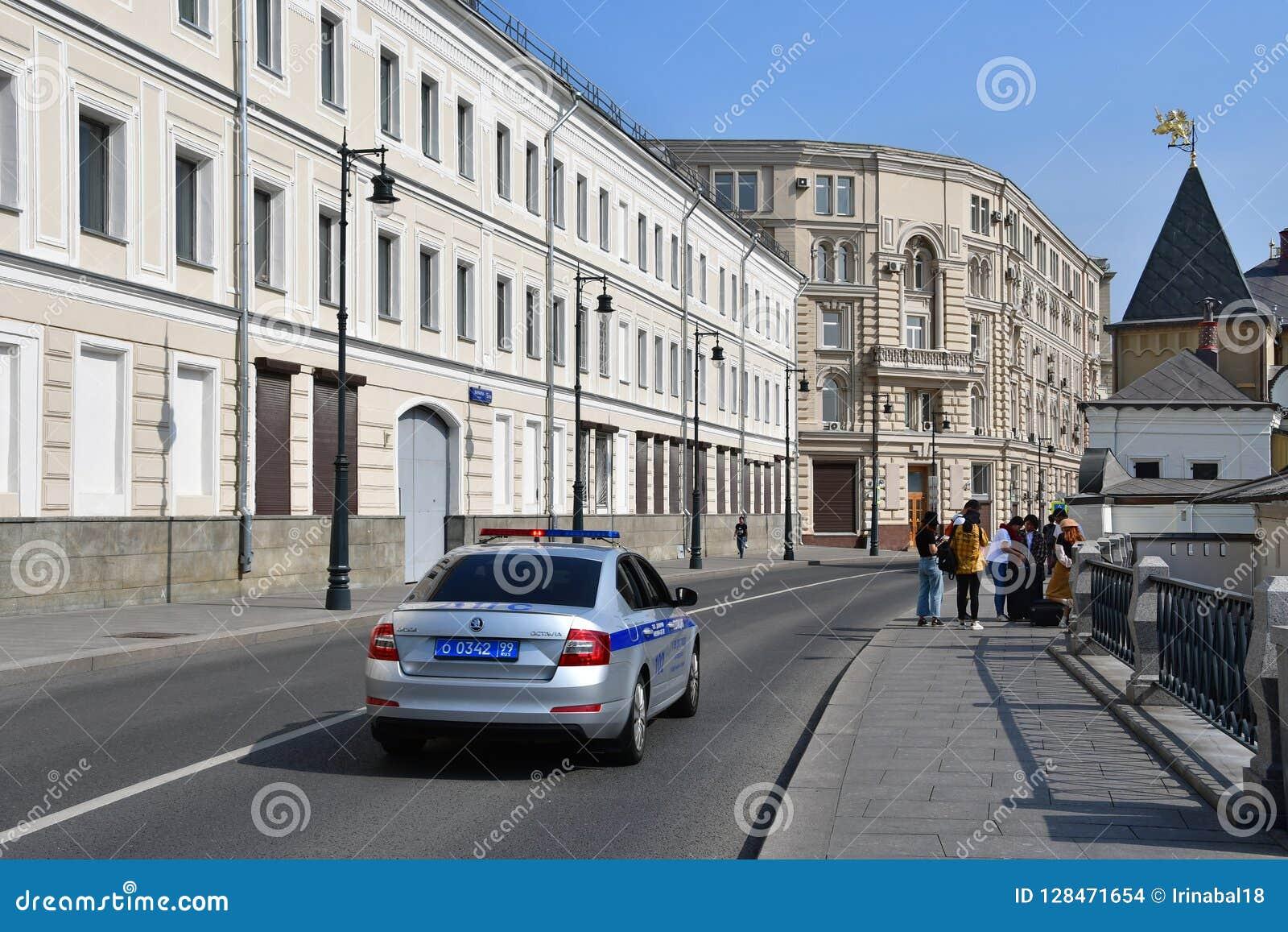 Moskou, Rusland, 01 September, 2018 Politiewagen het drijven onderaan de straat Varvarka, voorbij huis 5/10 die de 1 zomer inbouw