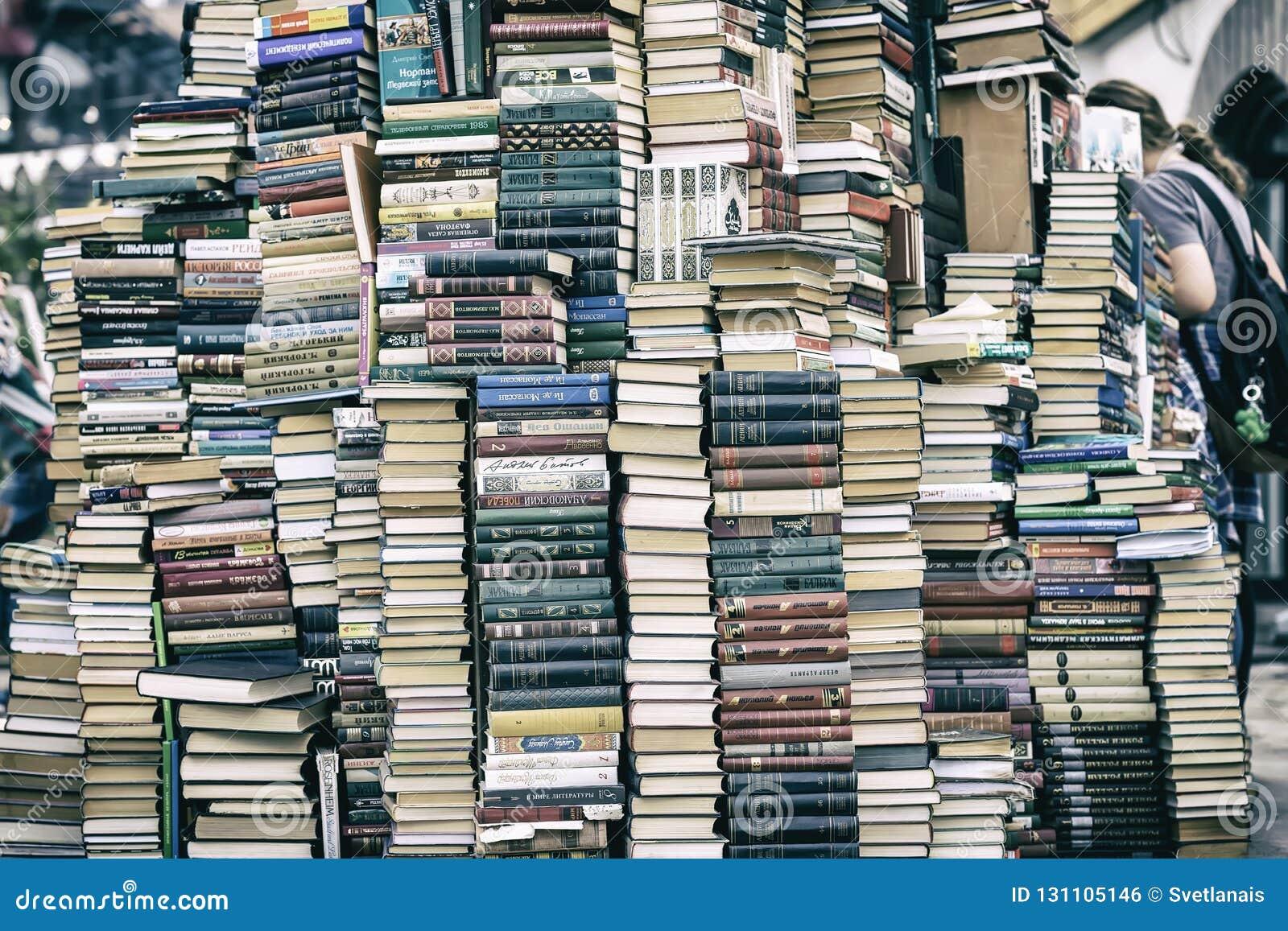 MOSKOU, RUSLAND - SEPTEMBER 22, 2018: Stapel van oude boeken in vlooienmarkt, het culturele complexe Kremlin in Izmailovo in Mosk