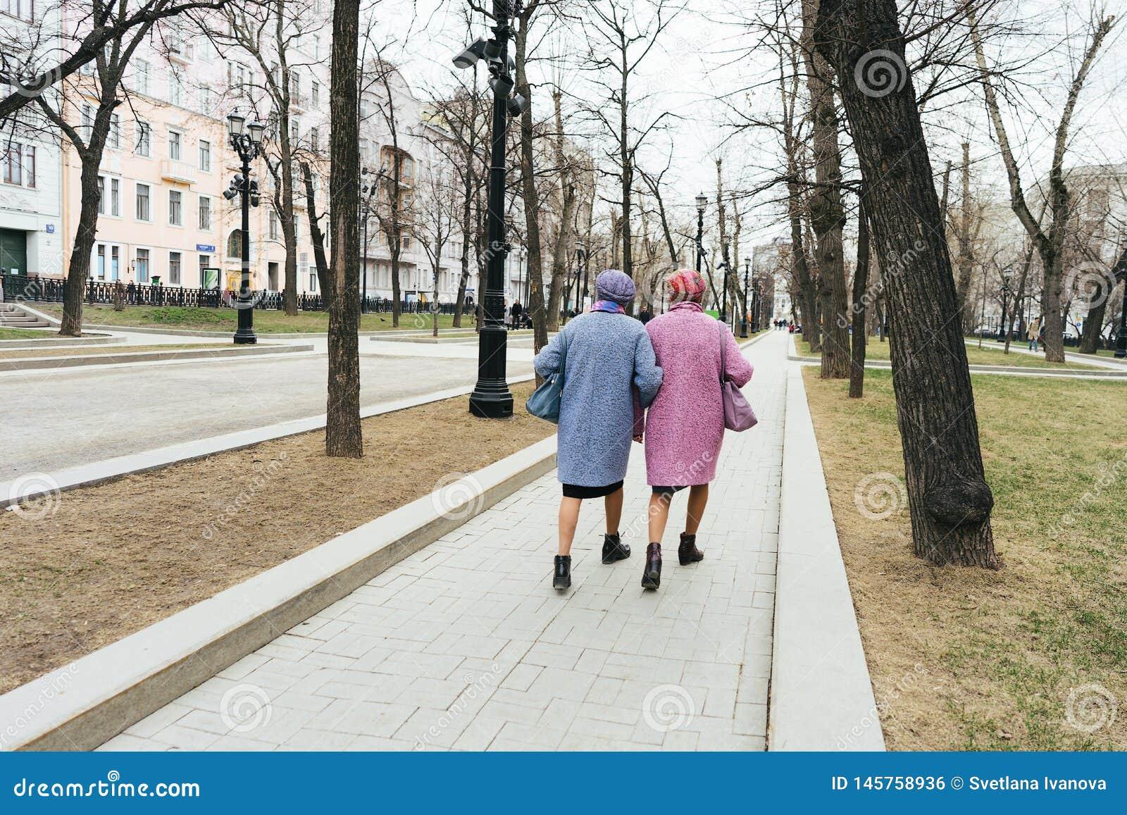 Moskou, Rusland - 04 20 2019: Twee elegante oudere identiek geklede grootmoeders