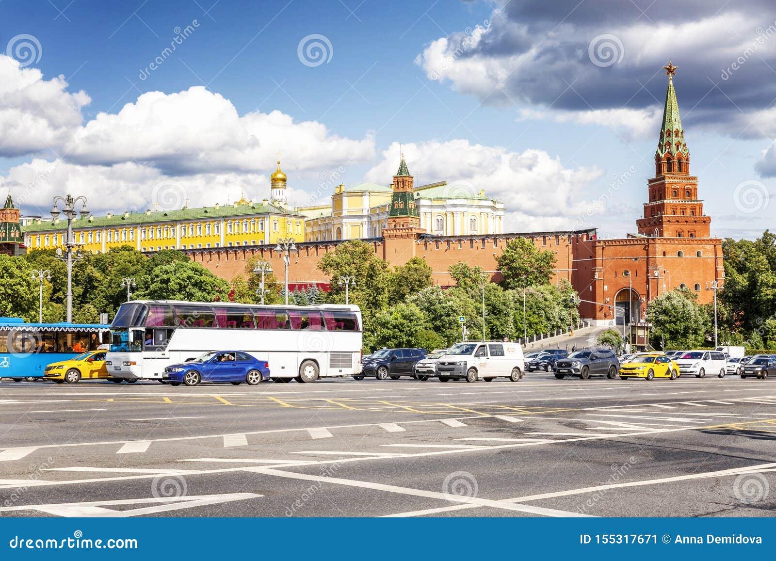 Moskou, Rusland, 08/06/2019: Verkeer op de weg dichtbij het Kremlin Zonnige dag, mooie cityscape