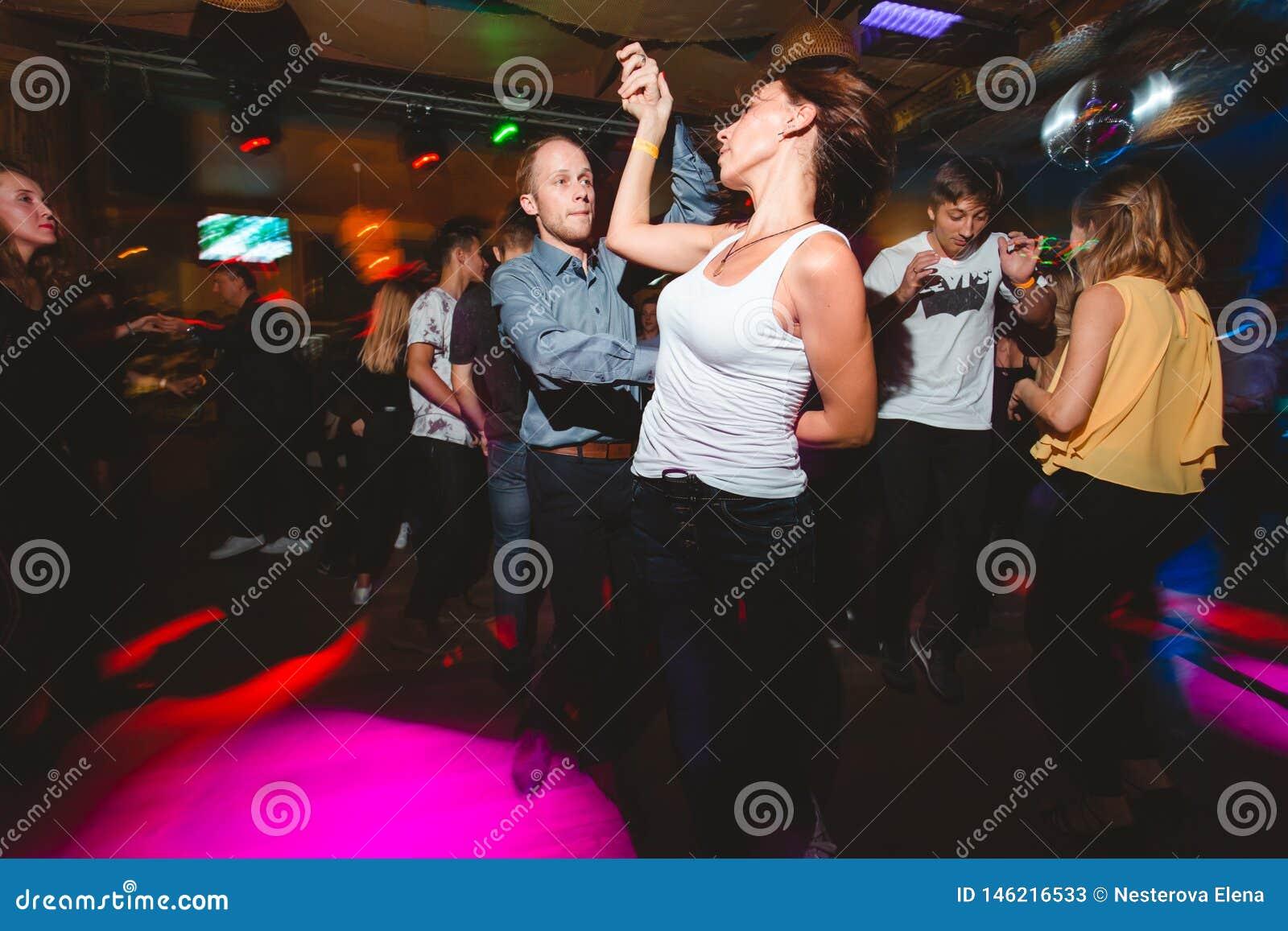 MOSKOU, RUSSISCHE FEDERATIE - 13 OKTOBER, 2018: Een paar op middelbare leeftijd, een man en een vrouw, danssalsa onder een menigt