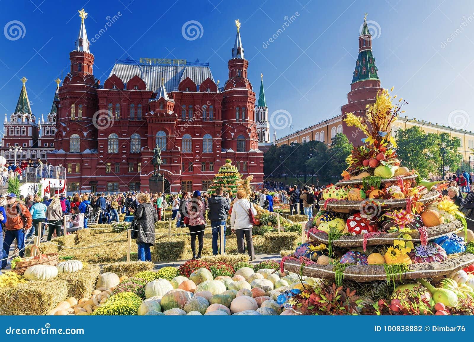 MOSKVA RUSSIA-SEPTEMBER 24, 2017: Guld- Autumn Festival på