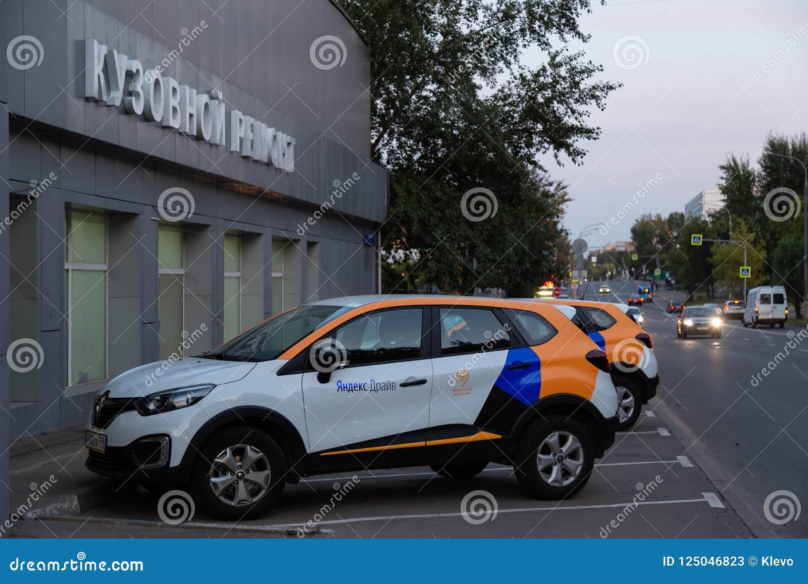 MOSKVA RYSSLAND - AUGUSTI 17, 2018: En Renault Captur, övergång från bilen som delar Yandex drev, är tillgänglig för hyra