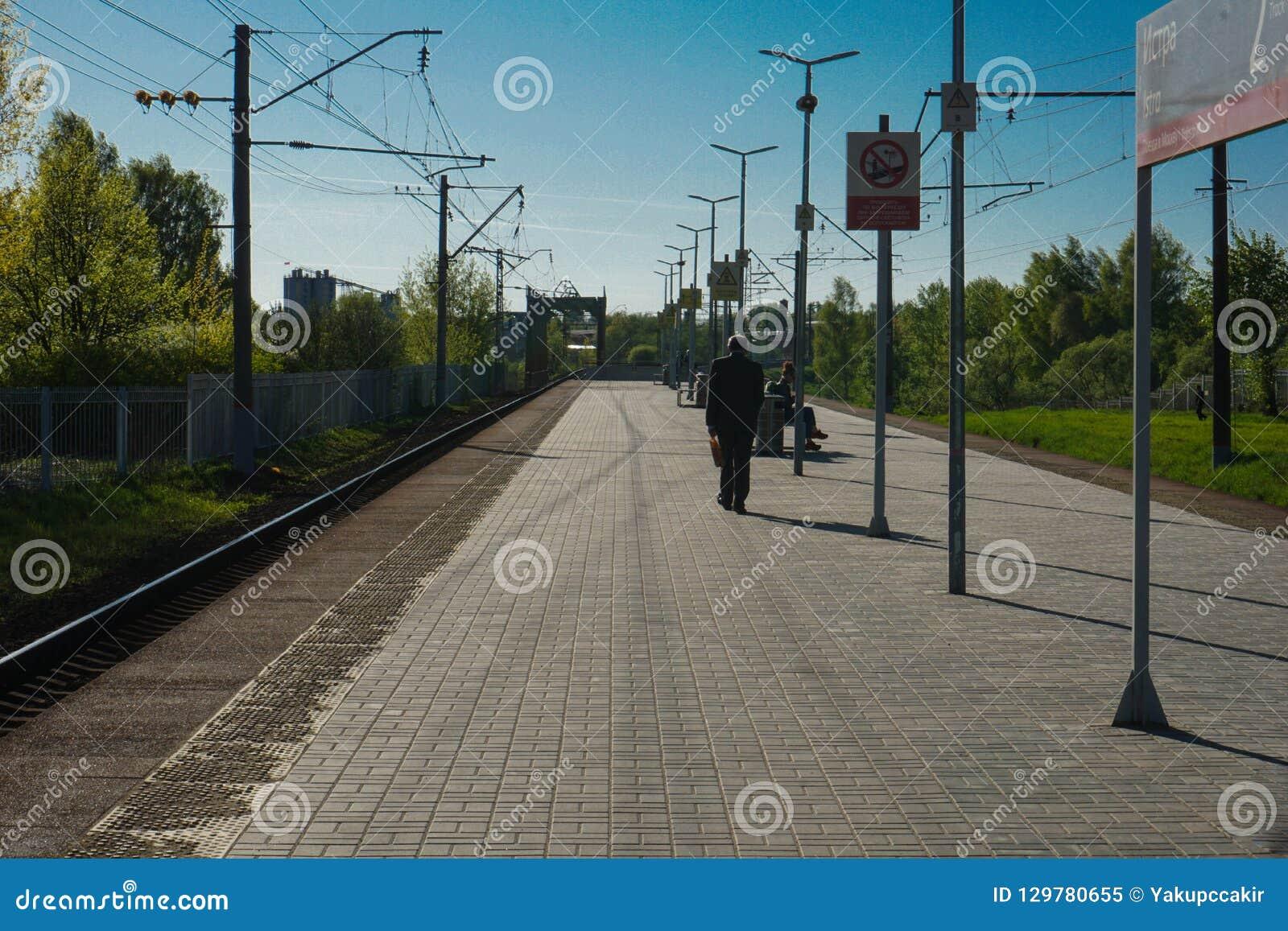 Moskva Ryssland - drevstation som väntar på drevet för att returnera, Moskvautkant