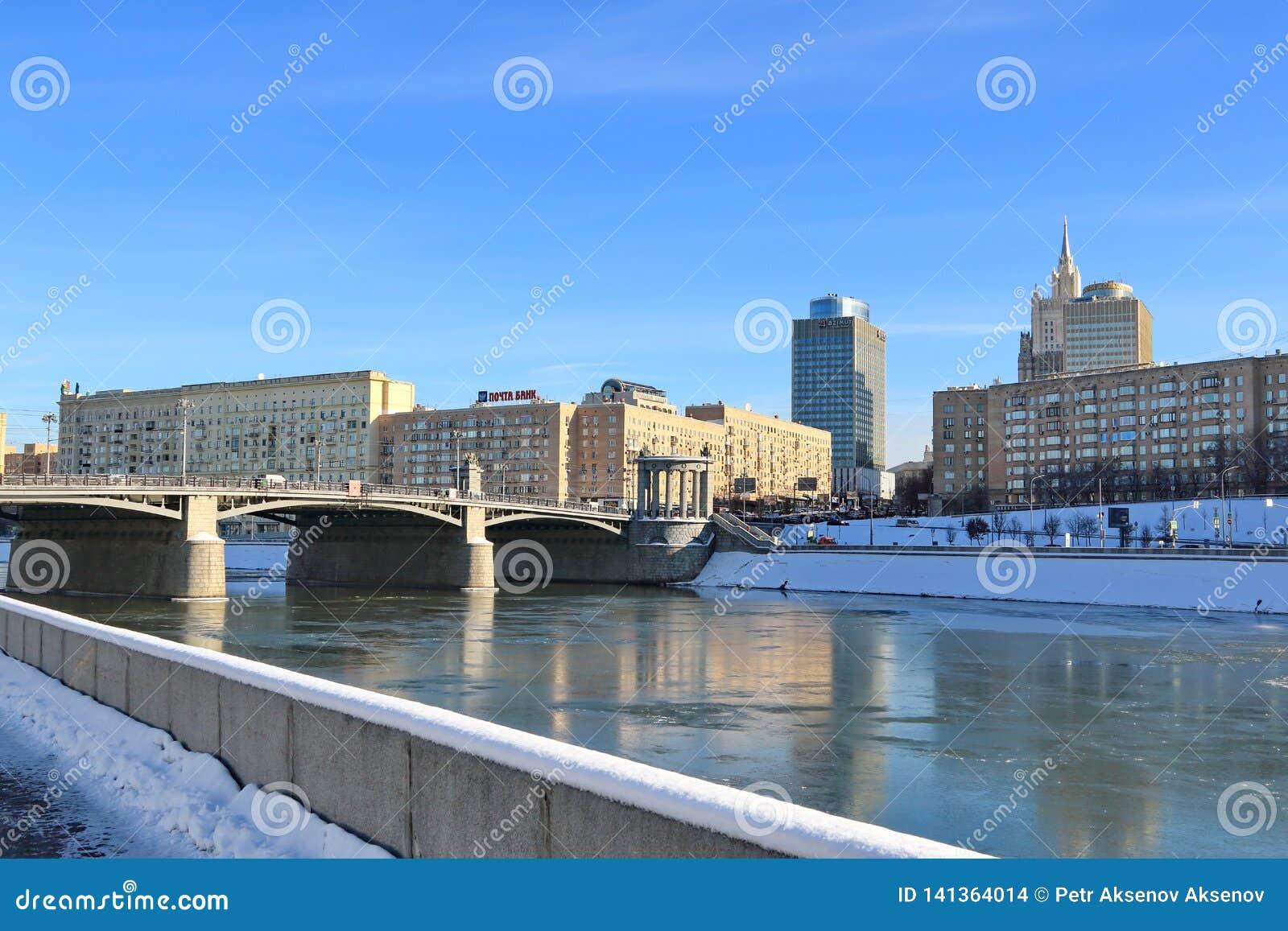 Moskva Ryssland - Februari 14, 2019: Sikt av den Borodinsky bron och den Rostovskaya invallningen från den Berezhkovskaya invalln