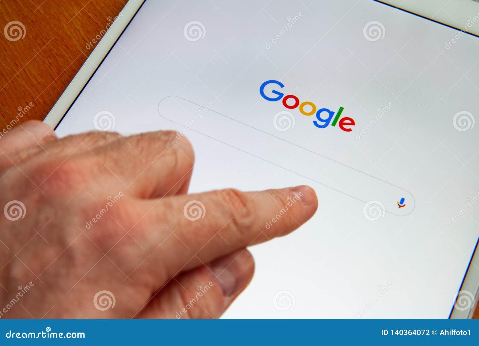 Moskva/Ryssland - Februari 25, 2019: Vit ipad ligger på tabellen Google söker skärmen