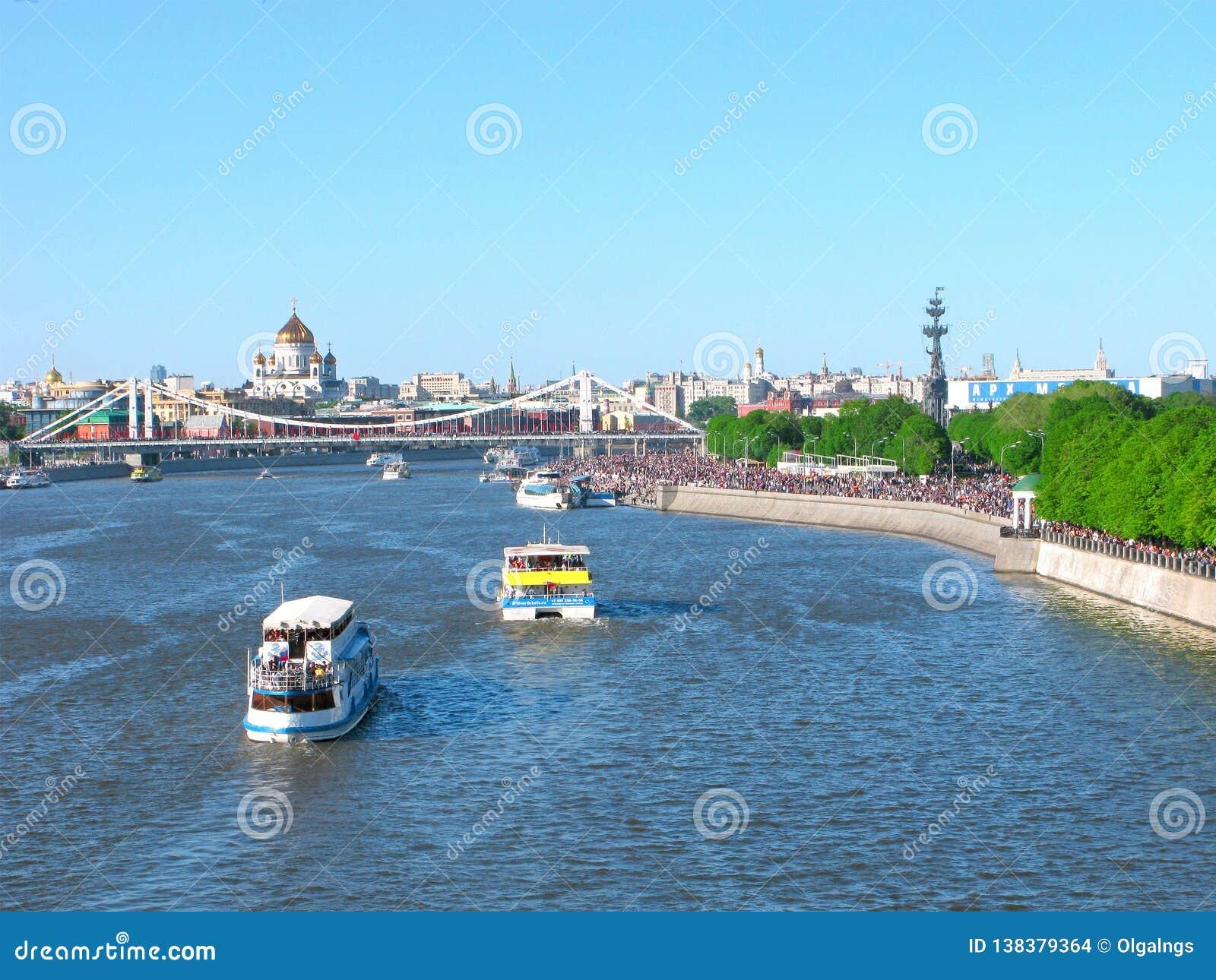 Moskva Ryssland: Gorky parkerar, Moskvafloden, templet av Kristus frälsaren och den Crimean bron