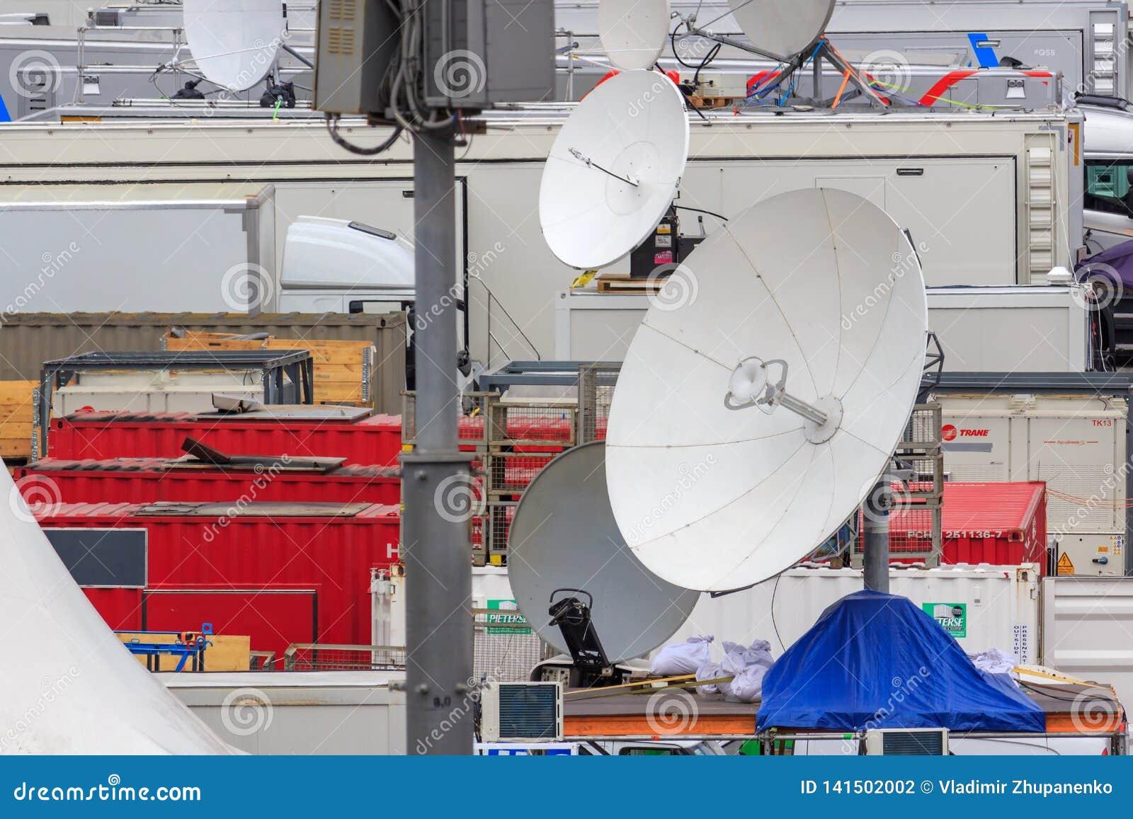 Moskva Ryssland - Juni 21, 2018: Satellit- disk av den mobila TVstudiocloseupen på röd fyrkant i Moskva