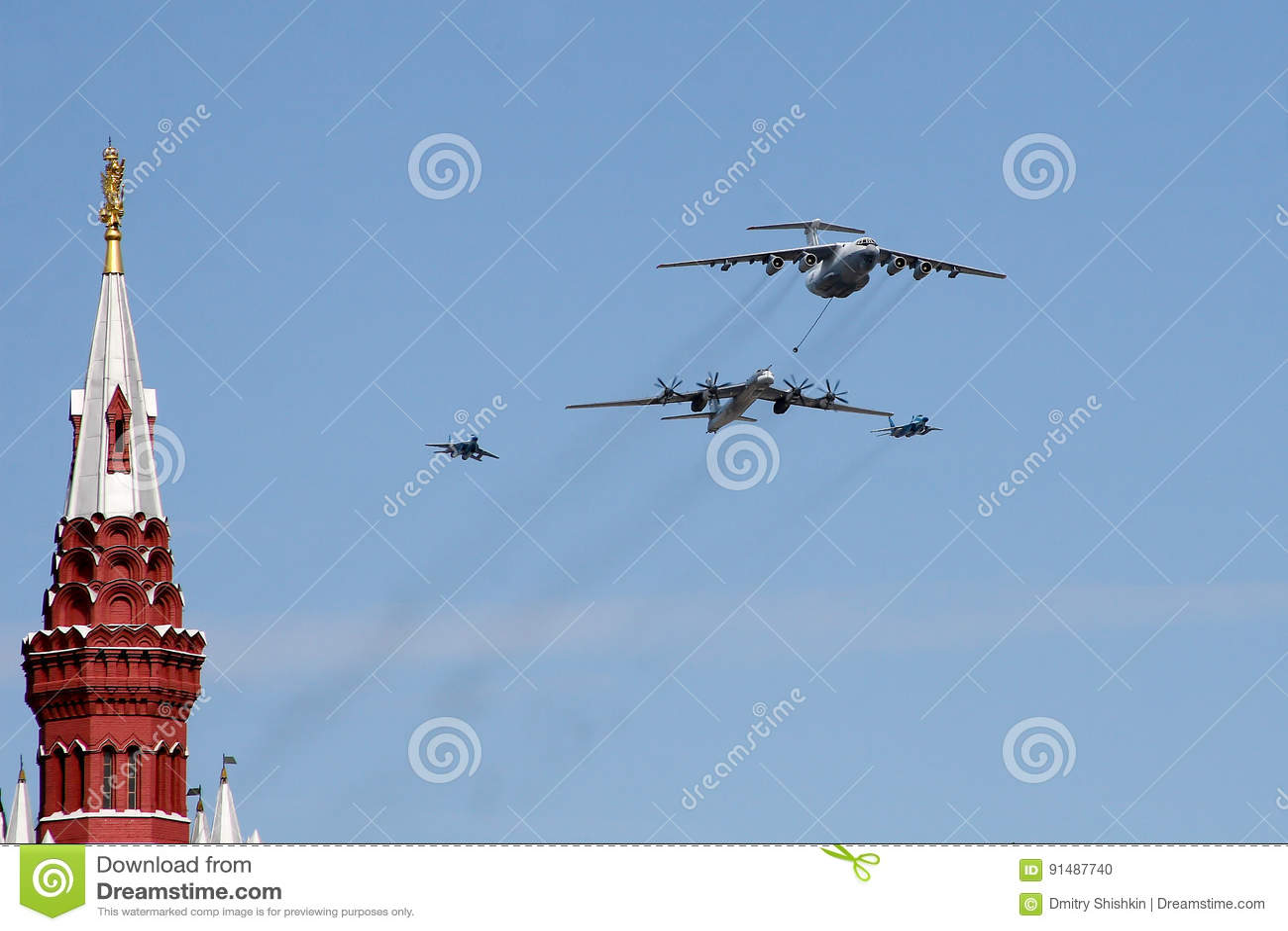 Moskva Ryssland - kan 09, 2008: beröm av Victory Day WWII ståtar på röd fyrkant Högtidlig passage av militär utrustning som flyge