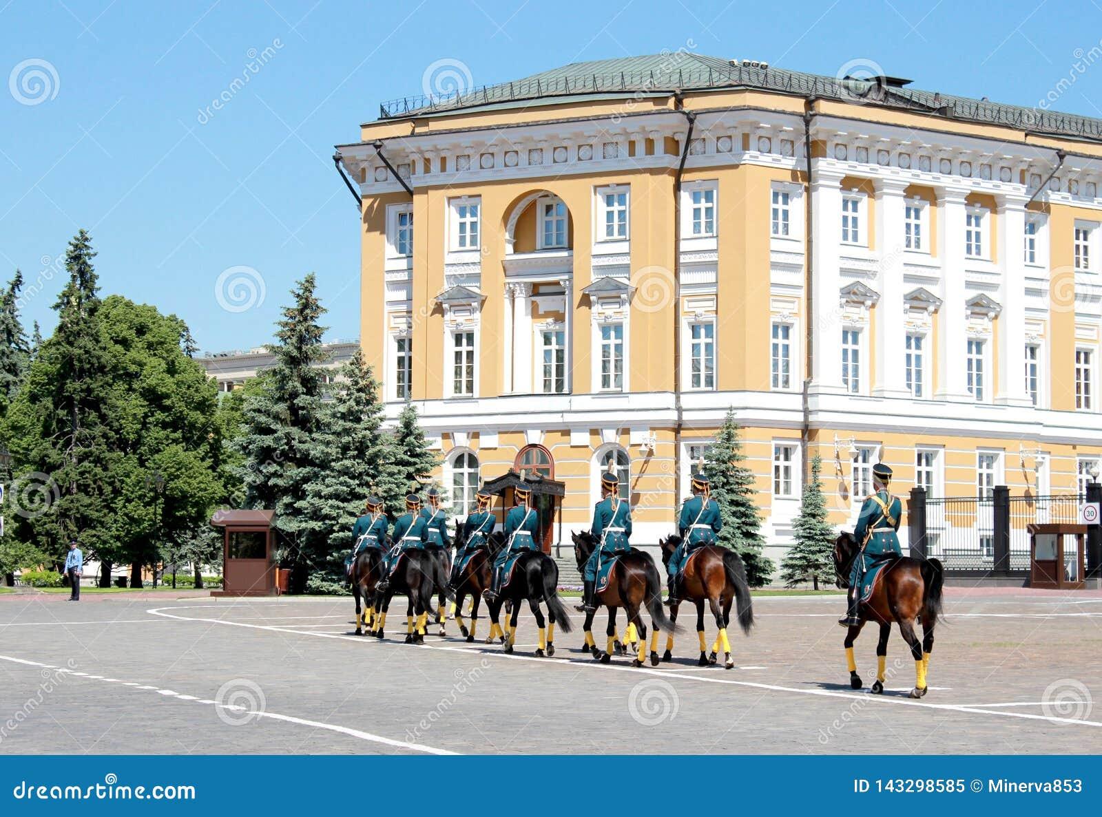 Moskva Ryssland, Maj 26, 2018 - det presidents- regementet på hästrygg rymde ändringen av vaktceremonin